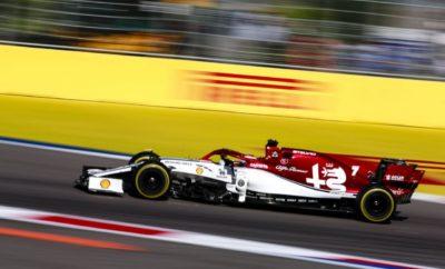 """Στον τελευταίο αγώνα για το Παγκόσμιο Πρωτάθλημα της Formula 1 για το 2019, που θα πραγματοποιηθεί στην πίστα Yas Marina του Abu Dhabi την Κυριακή 1 Δεκεμβρίου, η Alfa Romeo Racing, στοχεύει να κλείσει με τον καλύτερο τρόπο μια χρονιά που έκρυβε ιδιαίτερες συγκινήσεις. Στον προηγούμενο αγώνα, στη Βραζιλία, η ομάδα κατακτώντας την 4η και 5η θέση πέτυχε το καλύτερο αποτέλεσμα της τα τελευταία 10 χρόνια. Η επίδοση αυτή αποτέλεσε μια επιβράβευση για τη σκληρή δουλειά όλων των μελών της ομάδας, παρ' όλα αυτά οι πανηγυρισμοί έχουν δώσει ήδη τη θέση τους στη συγκέντρωση ώστε να μεγιστοποιηθεί η πιθανότητα για ένα καλό αποτέλεσμα στην αυλαία του πρωταθλήματος. Η σχεδιασμένη από τον Hermann Tilke πίστα στο Abu Dhabi χαρακτηρίζεται από τη μεγάλη ευθεία μήκους 1,2χλμ. και φιλοξενεί έναν από τους πιο εντυπωσιακούς αγώνες της σαιζόν. Frédéric Vasseur - Επικεφαλής της ομάδας Alfa Romeo Racing και CEO της Sauber Motorsport AG «Φτάνουμε στο Abu Dhabi μετά από ένα εξαιρετικό αποτέλεσμα στη Βραζιλία. Ελπίζουμε ότι θα μετατρέψουμε αυτή την επιτυχία σε θετική ενέργεια και για τον τελευταίο αγώνα, στον οποίο διακυβεύονται πολλά. Εκτός από την 7η θέση στο πρωτάθλημα των κατασκευαστών ένα καλό αποτέλεσμα θα μας επιτρέψει να προχωρήσουμε με ακόμα μεγαλύτερη δύναμη στους μήνες που ακολουθούν για την προετοιμασία της επόμενης αγωνιστικής χρονιάς.» Kimi Räikkönen (αριθμός μονοθεσίου 7 - """"Stelvio"""") «Ανυπομονώ για τον τελευταίο αγώνα της σαιζόν στο Abu Dhabi. Το αποτέλεσμα στη Βραζιλία έδωσε αυτοπεποίθηση σε όλα τα μέλη της ομάδας και θέλουμε να κλείσουμε τη χρονιά με τον καλύτερο τρόπο. Φυσικά ανυπομονώ και για τις διακοπές, αλλά αυτή τη στιγμή εστιάζω μόνο στον αγώνα. Ξέρουμε ότι μπορούμε να πάρουμε ένα καλό αποτέλεσμα και θα κάνουμε τα πάντα για να τα καταφέρουμε.» Antonio Giovinazzi (αριθμό μονοθεσίου 99 - """"Giulia"""") «Αυτός ο αγώνας σηματοδοτεί την ολοκλήρωση της πρώτης μου σαιζόν στη Formula 1. Έχουμε έναν πολύ σημαντικό αγώνα μπροστά μας και είμαστε εστιασμένοι ώστε να κάνουμε το καλύτερο."""