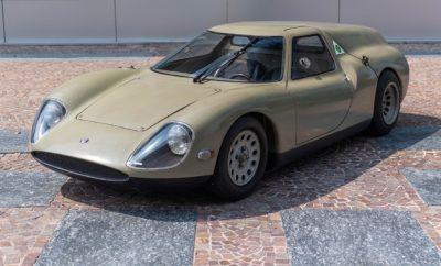 """Ένα από τα πιο ιδιαίτερα πρωτότυπα στην ιστορία του αυτοκινήτου, η Alfa Romeo Scarabeo, έρχεται να μαγέψει και πάλι το κοινό στα πλαίσια της έκθεσης """"Concept-car. Pure beauty"""" που πραγματοποιείται στο Musée National de la Voiture στο Compiègne της Γαλλίας. Η μοναδική Alfa Romeo Scarabeo του 1966 ανήκει στη συλλογή της FCA Heritage. Η έκθεση """"Concept-car. Pure beauty"""" που πραγματοποιείται στο Musée National de la Voiture στο Compiègne της Γαλλίας φιλοξενεί την Alfa Romeo Scarabeo, ένα από τα πιο ιδιαίτερα πρωτότυπα του οποίου οι λιτές και αρμονικές γραμμές εξακολουθούν να αποτελούν πηγή έμπνευσης μέχρι και σήμερα. Το Musée National de la Voiture, ιδρύθηκε το 1927 και αποτελεί το αρχαιότερο μουσείο που είναι αφιερωμένο στην αυτοκίνηση. Η έκθεση εστιάζει στα πρωτότυπα μοντέλα, τα οποία από την πρώτη εμφάνιση τους -στα τέλη της δεκαετίας του 1930- αποτελούν μέσο για τους σχεδιαστές και τις εταιρείες για να δοκιμάσουν μηχανολογικές και στιλιστικές λύσεις, αλλά και να εκτιμήσουν την αποδοχή που θα αυτές θα έχουν από το κοινό. Η Alfa Romeo Scarabeo δημιουργήθηκε το 1966 και παρουσιάστηκε στο Σαλόνι Αυτοκινήτου στο Παρίσι την ίδια χρονιά. Οι ρίζες του πρωτοτύπου βρίσκονται σε μία ακόμα θρυλική δημιουργία της Alfa Romeo, την Type 33. Ο επικεφαλής του τεχνικού τμήματος της Alfa Romeo, Giuseppe Busso, «πατέρας» εκτός των άλλων και του θρυλικού κινητήρα της εταιρείας Busso V6, πρότεινε την κατασκευή ακόμα ενός πρωτοτύπου με τον κινητήρα τοποθετημένο στο πίσω μέρος. Αυτό ήταν η Scarabeo, που εκτός από την εξωτερική εμφάνιση ξεχώριζε και λόγω της τοποθέτησης των δύο ρεζερβουάρ καυσίμου στα πλαϊνά μέρη του αμαξώματος. Οι λιτές γραμμές του αμαξώματος σχεδιάστηκαν και κατασκευάστηκαν στην OSI - Officine Stampaggi Industriali στο Τορίνο, μία εταιρεία της οποίας το σχεδιαστικό τμήμα είχε διάρκεια ζωής μόλις 7 ετών (1960 - 1967), αφού στη συνέχεια το ταλαντούχο προσωπικό της απορροφήθηκε από το Centro Style Fiat το οποίο διοικούσε ο ιδιοφυής Dante Giacosa, «πατέρας» εκτός των άλλων και"""