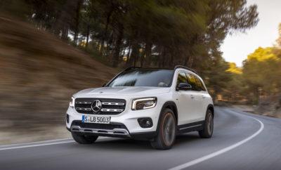 Η νέα GLB της Mercedes-Benz: για την οικογένεια & τους φίλους Δυναμικές αναλογίες με κοντούς προβόλους, σχεδίαση που παραπέμπει σε εκτός δρόμου οδήγηση, προαιρετικό σύστημα τετρακίνησης 4MATIC και ειδικός φωτισμός offroad που διευκολύνει τον εντοπισμό εμποδίων μπροστά από το αυτοκίνητο με χαμηλές ταχύτητες. Η νέα GLB της Mercedes-Benz είναι ένα πολυχρηστικό SUV. Στην καθημερινότητα όμως, είναι ένα ευρύχωρο οικογενειακό αυτοκίνητο. Είναι η πρώτη Mercedes-Benz αυτής της κατηγορίας που διατίθεται κατ' επιλογή με επτά θέσεις. Τα δύο καθίσματα στην τρίτη σειρά καθισμάτων είναι κατάλληλα για άτομα ύψους έως 1,68 μ. Με ισχυρούς και αποδοτικούς τετρακύλινδρους κινητήρες, τα πιο σύγχρονα συστήματα υποβοήθησης οδήγησης με συνεργατική υποστήριξη του οδηγού, το σύστημα infotainment MBUX με διαισθητικό χειρισμό, καθώς και το ολοκληρωμένο σύστημα ελέγχου ανέσεων ENERGIZING Comfort, το νέο μέλος της οικογένειας (μήκος/πλάτος/ύψος: 4634/1834/1658 mm) έχει όλα τα πλεονεκτήματα της νέας γενιάς compact αυτοκινήτων της Mercedes-Benz. «Κάθε τρίτο αυτοκίνητο Mercedes-Benz που πωλείται σήμερα είναι SUV και κάθε τέταρτο ανήκει στην compact κατηγορία. Έτσι, ένα compact SUV όπως η GLB αποτελεί τον ιδανικό συνδυασμό των δύο πιο ευπώλητων κατηγοριών μας», λέει η Britta Seeger, Μέλος του ΔΣ της Daimler AG, υπεύθυνης για τις πωλήσεις των Mercedes-Benz Cars. Δελτίο Τύπου 28 Νοεμβρίου 2019 Με 2829 χιλιοστά, το μεταξόνιο της GLB είναι δέκα εκατοστά μακρύτερο σε σύγκριση με τη νέα B-Class, γεγονός καθοριστικό για την αίσθηση ευρυχωρίας, ιδίως σε συνδυασμό με το λειτουργικό πίσω μέρος καμπίνας. Το εσωτερικό ύψος στην πρώτη σειρά καθισμάτων είναι 1069 χιλιοστά, από τα μεγαλύτερα σε αυτή την κατηγορία. Με 967 χιλιοστά, ο ωφέλιμος χώρος ποδιών στα πίσω καθίσματα του πενταθέσιου μοντέλου εξασφαλίζει ιδιαίτερη άνεση. Η χωρητικότητα των 570 έως 1805 λίτρων του χώρου φόρτωσης (στοιχεία για το πενταθέσιο μοντέλο) είναι αντίστοιχη ενός μοντέλου στέισον-βάγκον. Η πλάτη των εμπρός καθισμάτων ρυθμίζεται σε διάφο