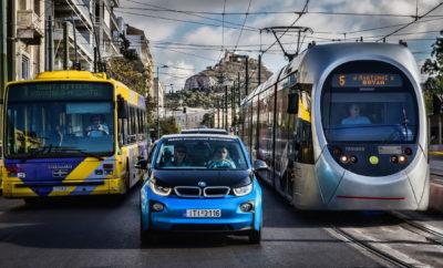 Το BMW Group κάνει αποφασιστικά βήματα στο χώρο της ηλεκτροκίνησης και ενδυναμώνει τις υπάρχουσες επιχειρηματικές σχέσεις του με κατασκευαστές κυψελών μπαταριών όπως η CATL (Contemporary Amperex Technology Co. Limited) και η Samsung SDI. Η αρχική παραγγελία της CALT ύψους 4 δισεκ. ευρώ που ανακοινώθηκε στα μέσα του 2018 αυξάνεται τώρα στα 7,3 δισεκ. ευρώ περίπου (διάρκεια σύμβασης από 2020 έως 2031), με 4,5 δισεκ. ευρώ για το BMW Group και 2,8 δισεκ. ευρώ για το Κινεζικό εργοστάσιο παραγωγής της κοινοπραξίας BMW Brilliance Automotive Ltd. (BBA) στο Shenyang. Το BMW Group είναι ο πρώτος πελάτης αυτή τη στιγμή στο εργοστάσιο κυψελών μπαταριών της CATL που είναι υπό κατασκευή στο Erfurt, Γερμανία. «Υποστηρίξαμε σθεναρά και διαδραματίσαμε ενεργό ρόλο στην εγκατάσταση της CATL στη Γερμανία», δήλωσε ο Dr. Andreas Wendt, μέλος Δ.Σ. της BMW AG υπεύθυνος Δικτύου Αγορών & Προμηθευτών. Το BMW Group έχει επίσης υπογράψει μακροπρόθεσμη σύμβαση προμήθειας μπαταριών για την 5η γενιά ηλεκτρικών συστημάτων της με τον έτερο προμηθευτή, Samsung SDI. Η σύμβαση, αξίας 2,9 δισεκ. ευρώ έχει ισχύ από το 2021 έως το 2031. «Με αυτό τον τρόπο διασφαλίζουμε την κάλυψη των αναγκών μας σε κυψέλες μπαταριών σε βάθος χρόνου. Κάθε γενιά κυψελών ανατίθεται μέσω παγκοσμίου διαγωνισμού με στόχο την επιλογή προμηθευτών με κριτήρια τόσο τεχνολογικά όσο και επιχειρηματικά. Με αυτό τον τρόπο, πάντα έχουμε πρόσβαση στη βέλτιστη δυνατή τεχνολογία κυψελών», δήλωσε ο Wendt σε συνάντηση προμηθευτών στη Σεούλ (Ν. Κορέα). Το BMW Group θα προμηθεύεται το κοβάλτιο που χρειάζεται ως βασική πρώτη ύλη για την παραγωγή κυψελών απευθείας από ορυχεία της Αυστραλίας και του Μαρόκου και θα το διαθέτει στην CATL και την Samsung SDI. Το ίδιο ισχύει και για το λίθιο, το οποίο το BMW Group επίσης θα προμηθεύεται απευθείας από ορυχεία, συμπεριλαμβανομένης και της Αυστραλίας. Ως αποτέλεσμα, παρέχεται πλήρης διαφάνεια ως προς την προέλευση πρώτων υλών. Η συμμόρφωση με περιβαλλοντικά πρότυπα και ο σεβασμός στα ανθρώπινα δικαιώματ