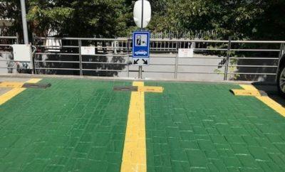 """Η ENGIE τοποθέτησε ένα διπλό σταθμό φόρτισης ηλεκτρικών οχημάτων στα κεντρικά γραφεία της Vodafone, στο Χαλάνδρι, προωθώντας τις καινοτόμες λύσεις ηλεκτροκίνησης. Με αυτή την ενέργεια, προσφέρει στους εργαζομένους και τους επισκέπτες της Vodafone την ευκαιρία να έρθουν πιο κοντά στην ηλεκτροκίνηση και στους «πράσινους» τρόπους κινητικότητας. Ο σταθμός φόρτισης είναι ένας διπλός φορτιστής της εταιρείας EVBox. Πρόκειται για την κορυφαία παγκοσμίως Ολλανδική εταιρεία κατασκευής σταθμών φόρτισης και λογισμικού διαχείρισης φόρτισης, η οποία αποτελεί από το 2017 μέλος του Ομίλου ENGIE. Ο σταθμός φόρτισης που τοποθετήθηκε είναι το μοντέλο BusinessLine, με δυνατότητα ταυτόχρονης φόρτισης δύο οχημάτων. Η Vodafone δίνει ψήφο εμπιστοσύνης στη βιώσιμη κινητικότητα και στις καλές πρακτικές προς το περιβάλλον. Στις πολλές δράσεις της, έρχεται να προστεθεί και η «στροφή» που κάνει προς στην ηλεκτροκίνηση με την ενέργειά της αυτή, δηλαδή την τοποθέτηση του διπλού σταθμού φόρτισης ηλεκτρικών οχημάτων της EVBox. Για την ENGIE Hellas: Στην Ελλάδα η ENGIE δραστηριοποιείται στο χώρο των Ενεργειακών Υπηρεσιών, της Διαχείρισης Εγκαταστάσεων (Facility Management & Τεχνική Συντήρηση), της Ηλεκτροκίνησης και σε λύσεις IoT οι οποίες συνδέονται με την Ενεργειακή Διαχείριση και το Facility Management. Συνεχίζουμε να αναπτύσσουμε τις δραστηριότητές μας, καθώς πιστεύουμε ακράδαντα ότι μπορούν να διαδραματίσουν σημαντικό ρόλο στη στρατηγική του Ομίλου για μετάβαση προς μηδενικές εκπομπές άνθρακα. Κύκλος εργασιών το 2018: 17,3 εκ. ευρώ. Εργαζόμενοι: 230. Για τον Όμιλο ENGIE: Ο Όμιλός μας αποτελεί παγκόσμια αναφορά στην ενέργεια χαμηλών εκπομπών άνθρακα και στις υπηρεσίες. Η φιλοδοξία μας είναι να αποτελέσουμε τον παγκόσμιο ηγέτη στη μετάβαση των πελατών μας σε μηδενικές εκπομπές άνθρακα. Στηριζόμαστε στις κύριες δραστηριότητές μας (ανανεώσιμες πηγές ενέργειας, αέριο, υπηρεσίες), ώστε να προσφέρουμε ανταγωνιστικές λύσεις """"as a service"""". Κύκλος εργασιών το 2018: 60.6 δις ευρώ. Εργαζόμενοι: 160.000."""