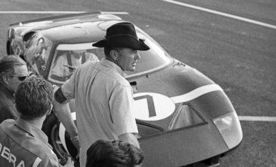 Κάνοντας πρεμιέρα στους κινηματογράφους σε όλη την Ευρώπη το Νοέμβριο, η ταινία ΚΟΝΤΡΑ ΣΕ ΟΛΑ (Le Mans '66) αφηγείται την ιστορία της θρυλικής μονομαχίας μεταξύ της Ford και της Ferrari. Ένα από τα βασικά στοιχεία της αναμέτρησης, που πραγματοποιήθηκε κατά τη διάρκεια του γαλλικού αγώνα αντοχής, ήταν ο κεντρικός ρόλος που διαδραμάτισαν τα ελαστικά της Goodyear, τα οποία οδήγησαν τον Bruce McLaren και τον Chris Amon στη νίκη. Όταν οι Bruce McLaren και Chris Amon επικράτησαν στον 24ωρο αγώνα του Le Mans το 1966, η Ford δεν ήταν η μόνη αμερικανική εταιρεία που άφησε το στίγμα της στην παγκόσμια αγωνιστική σκηνή. Το διάσημο μαύρο GT40 Mark II έτρεχε με ελαστικά της Goodyear - ακόμα κι' αν είχε ξεκινήσει τον αγώνα με ελαστικά από καουτσούκ της Firestone, τον μεγάλο αντίπαλο της εταιρείας στον λεγόμενο «πόλεμο» των ελαστικών. «Η νίκη του McLaren και του Amon είχε ως αποτέλεσμα να κατακτήσουμε όλες τις θέσεις του βάθρου, πραγματοποιώντας έτσι το δεύτερο σερί θρίαμβό μας στο Le Mans», εξήγησε ο Mike Rytokoski, Αντιπρόεδρος και Chief Marketing Officer Europe για τη Goodyear. «Στη Goodyear αισθανόμαστε ιδιαίτερη περηφάνια που έχουμε διαδραματίσει τόσο σημαντικό ρόλο σε αυτό το ιστορικό γεγονός του μηχανοκίνητου αθλητισμού. Είμαστε στην ευχάριστη θέση να τιμήσουμε αυτήν την κληρονομιά μέσω μιας ολοκληρωμένης εκστρατείας σύνδεσης με την ταινία ΚΟΝΤΡΑ ΣΕ ΟΛΑ - Le Mans '66». Η Ταινία Οι πρωταγωνιστές του ΚΟΝΤΡΑ ΣΕ ΟΛΑ (Le Mans '66) είναι οι βραβευμένοι με Όσκαρ ηθοποιοί Matt Damon και Christian Bale. Η ταινία διηγείται την αξιοθαύμαστη αληθινή ιστορία του οραματιστή αμερικανικού σχεδιαστή αυτοκινήτων Carroll Shelby (Damon) και του ατρόμητου βρετανού οδηγού Ken Miles (Bale). Οι δυο τους αψηφούν τους νόμους της φυσικής και τους προσωπικούς τους δαίμονες και κατασκευάζουν ένα επαναστατικό αγωνιστικό αυτοκίνητο για τη Ford Motor Company για να αντιμετωπίσουν τα κυρίαρχα αγωνιστικά αυτοκίνητα του Enzo Ferrari στον 24ωρο αγώνα του Le Mans στη Γαλλία το 1966. Ο Αγώνας Ο 24ωρος αγώνας το