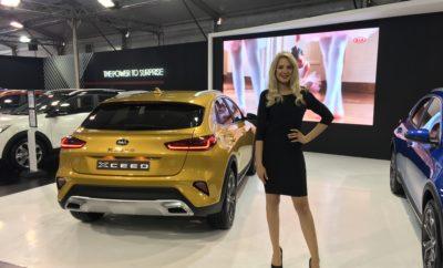 """- Το νέο crossover κατακτά το βραβείο για το """"Καλύτερο αυτοκίνητο κάτω από 35.000 ευρώ"""" - Τα βραβεία Auto Bild απονέμονται σε έναν σκληρό ανταγωνισμό 58 νέων αυτοκινήτων - Η βράβευση αποτελεί συνέχεια διακρίσεων για την γκάμα του Kia Ceed Το νέο Kia Xceed διακρίθηκε με το βραβείο """"Χρυσό Τιμόνι"""" (Golden Steering Wheel) το οποίο αποτελεί το σημαντικότερο γερμανικό βραβείο αυτοκινήτου. Επίσης, το Kia XCeed έλαβε και τη διάκριση για το """"Καλύτερο αυτοκίνητο κάτω από 35.000 ευρώ"""" στα ετήσια βραβεία που παρουσίασαν το περιοδικό Auto Bild και η εφημερίδα Bild am Sonntag. Το πιο πρόσφατο μέλος της γκάμας του Kia Ceed κατάφερε να διακριθεί απέναντι σε έναν πολύ δυνατό ανταγωνισμό και να κερδίσει το βραβείο του """"Καλύτερου αυτοκινήτου κάτω από 35.000 ευρώ"""". Συνολικά, αξιολογήθηκαν 58 νέα αυτοκίνητα, από την ομάδα δημοσιογράφων/δοκιμαστών οι οποίοι αξιολόγησαν τις βασικές τιμές και τον εξοπλισμό, τις εγγυήσεις, το εσωτερικό καθώς και την αίσθηση οδήγησης. """"Το βραβείο δείχνει τις δυνατότητες της μάρκας μας"""", σχολίασε ο Steffen Cost, Διευθύνων Σύμβουλος της Kia Motors Deutschland. """"Το να έχουμε το καλύτερο αυτοκίνητο σε αυτήν την κατηγορία τιμών, μας δίνει τη δυνατότητα να προσφέρουμε την καλύτερη πρόταση σε πολλούς τομείς, συμπεριλαμβανομένης της άνεσης, της οδηγικής απόλαυσης, της ποιότητας της αξιοπιστίας, της τεχνολογικής υπεροχής και της επταετούς εργοστασιακής εγγύησης. Είμαστε πολύ περήφανοι που οι εμπειρογνώμονες της Auto Bild έχουν τιμήσει το προϊόν μας με αυτό το βραβείο """". Η τρίτη γενιά της οικογένειας Ceed(Ceed Sportswagon, ProCeed και XCeed), συνεχίζει να θριαμβεύει κερδίζοντας περίπου 20 συγκριτικές δοκιμές που πραγματοποιήθηκαν από κορυφαία media, ακόμη και εναντίον αντιπάλων της premium κατηγορίας . Το Ceed απέσπασε χάλκινο μετάλλιο στον Ευρωπαϊκό διαγωνισμό """"Αυτοκίνητο της Χρονιάς 2019"""" και βρέθηκε πολύ κοντά στο Jaguar I-Pace και το Alpine A110 της Renault. Να επισημάνουμε ότι οι πωλήσεις της τρίτης γενιάς του Kia Ceed διπλασιάστηκαν φέτος στην Ευρώπη (Ιανουάριος"""