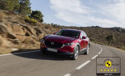 • Εξαιρετική βαθμολογία 99% στην κατηγορία προστασίας των ενηλίκων επιβατών • Ευρεία γκάμα τεχνολογιών ασφαλείας i-Activsense που υποστηρίζονται από κορυφαίο επίπεδο δυναμικής συμπεριφοράς. Λεβερκούζεν, 14 Νοεμβρίου 2019. Το νέο Mazda CX-30 επιτυγχάνει την ανώτατη διάκριση των 5 αστέρων στις πρόσφατες δοκιμές πρόσκρουσης του οργανισμού Euro NCAP. Μετά το Mazda6 το προηγούμενο έτος και το ολοκαίνουργιο Mazda3 φέτος, πρόκειται για το τρίτο μοντέλο της Mazda που επιτυγχάνει συνολική βαθμολογία 5 αστέρων, σύμφωνα με τα νέα και πιο αυστηρά κριτήρια αξιολόγησης δοκιμών σύγκρουσης του οργανισμού Euro NCAP, που ισχύουν από το 2018. Το Mazda CX-30 πέτυχε εντυπωσιακές επιδόσεις και στις τέσσερεις κατηγορίες δοκιμών πρόσκρουσης του Euro NCAP – Προστασία Ενηλίκων Επιβατών, Προστασία Παιδιών, Προστασία Πεζών (Ευάλωτων χρηστών του δρόμου) και Συστημάτων Υποβοήθησης Ασφαλείας. Η αξιολόγηση είναι αποτέλεσμα τριών βασικών παραγόντων : α) την υιοθέτηση της πιο πρόσφατης αρχιτεκτονικής Skyactiv-Vehicle, που αποτελείται από ένα χαμηλού βάρους αμάξωμα αλλά υψηλής ακαμψίας και απορρόφησης δύναμης σύγκρουσης, β) τη μεγάλη γκάμα εξελιγμένων τεχνολογιών ασφαλείας i-Activsense, που βοηθούν τον οδηγό στον εντοπισμό ενδεχόμενων κινδύνων και περιορίζουν τις επιπτώσεις και τους τραυματισμούς από μία σύγκρουση, και γ) τις κορυφαίες προδιαγραφές & επιδόσεις στον τομέα της προστασίας των πεζών. Με το εκπληκτικό 99% στον τομέα της προστασίας των Ενηλίκων Επιβατών, το Mazda CX-30 πέτυχε την ανώτατη βαθμολογία στη δοκιμή μετωπικής σύγκρουσης πλήρους πλάτους, αλλά και σε πλευρική σύγκρουση με κινούμενο εμπόδιο και κολώνα. Το έξυπνο σύστημα υποβοήθησης πέδησης της Mazda κατέκτησε επίσης την ανώτατη βαθμολογία σε δοκιμές χαμηλής ταχύτητας, αποτρέποντας τη σύγκρουση σε κάθε σενάριο δοκιμών που υποβλήθηκε. Εξαιρετικές είναι και επιδόσεις του στην κατηγορία της προστασίας των παιδιών με βαθμολογία 86%, που αφορούν στις δοκιμές των συστημάτων ελέγχου συγκράτησης παιδικών καθισμάτων και προστασίας των παιδιών