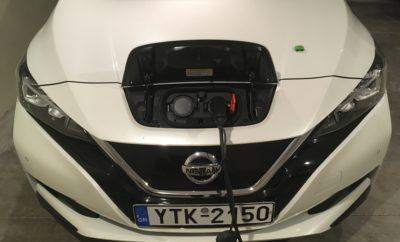 """Η Nissan πρωτοστατεί στην ανάπτυξη της τεχνολογίας των μπαταριών, στην κατεύθυνση επίτευξης των Ευρωπαϊκών στόχων για την κλιματική αλλαγή. Ένα σχέδιο δράσης για την """"απελευθέρωση"""" της δυναμικής των ηλεκτρικών οχημάτων και της τεχνολογίας των μπαταριών, προκειμένου να μπορέσει η Ευρώπη να επιτύχει το στόχο της για να καταστεί ουδέτερη από πλευράς άνθρακα, μέχρι το 2050. Οι προτάσεις έχουν σχεδιαστεί στη βάση της αύξησης της παραγωγής ενέργειας από ανανεώσιμες πηγές, της ιδιοκτησίας ηλεκτρικών οχημάτων (EV) και της ενσωμάτωσης των οχημάτων στα δίκτυα ηλεκτρικής ενέργειας, στις Ευρωπαϊκές χώρες. Το όλο εγχείρημα έχει αποτυπωθεί λεπτομερώς σε μια νέα Λευκή Βίβλο, υπό την ηγεσία της Nissan, ως μέρος της Ευρωπαϊκής Σύμπραξης Καινοτομίας για «Έξυπνες Πόλεις και Κοινότητες» (EIP-SCC), ενός προγράμματος που υποστηρίζεται από την Ευρωπαϊκή Επιτροπή σε συνεργασία με τη βιομηχανία, τις πόλεις και τους ερευνητές. Η Λευκή Βίβλος καλύπτει τον κεντρικό ρόλο που θα διαδραματίσει η τεχνολογία της μπαταρίας, την ανάγκη να διασφαλιστεί ότι οι μπαταρίες θα έχουν πλήρη δευτερεύουσα διάρκεια ζωής ως κινητές ή στατικές μονάδες αποθήκευσης ενέργειας, όπως και τους τρόπους αντιμετώπισης των σημερινών ανασταλτικών παραγόντων στη διεύρυνση ενεργειακών συστημάτων τύπου οχήματος- δικτύου. Οι πρακτικές συστάσεις προς τις αρχές, προκειμένου να επανεξετάσουν τον τρόπο σχεδιασμού και υλοποίησης των πολιτικών για την κινητικότητα και την ενέργεια, περιλαμβάνουν: • Εισαγωγή κινήτρων για οχήματα EV μεσαίας κατηγορίας, για την προώθηση της ηλεκτροκίνησης σε μαζικές κατηγορίες οχημάτων • Υιοθέτηση ζωνών κυκλοφορίας με χαμηλές εκπομπές ρύπων, εντός των αστικών περιοχών, για την προώθηση της αλλαγής της συμπεριφοράς κινητικότητας • Την υιοθέτηση της ηλεκτροκίνησης από Δημόσιους Οργανισμούς και λοιπούς φορείς (Ταξί), όπου με την αύξηση του στόλου τους με ηλεκτρικά οχήματα θα δώσουν το σχετικό παράδειγμα • Απλοποίηση διαδικασιών για εγκατάσταση έξυπνης φόρτισης • Εισαγωγή φορολογικών κινήτρων, με βάση τις π"""