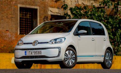 """• Η Volkswagen παρουσιάζει το """"e-bonus"""", μία ιδιαίτερη έκπτωση ειδικά για τα ηλεκτρικά της μοντέλα, με ισχύ μέχρι τέλος Νοεμβρίου • Με το e-bonus το νέο e-up! και το e-Golf γίνονται περισσότερο προσιτά • Το νέο e-up! προσφέρεται με e-bonus 3.000 €, με την τιμή του να διαμορφώνεται στα 20.300 € • Το e-bonus για το e-Golf είναι ύψους 4.000 €, με το μοντέλο να προσφέρεται στα 30.200 € • Με αυτονομία 260 χλμ. για το νέο e-up! και 316 χλμ. για το e-Golf, τα δύο μοντέλα προσφέρουν νέες δυνατότητες μετακίνησης σε συνδυασμό με «πράσινο» περιβαλλοντικό αποτύπωμα • Τόσο το νέο e-up! όσο και το e-Golf διαθέτουν στο βασικό εξοπλισμό τους πολλά συστήματα υποβοήθησης του οδηγού από μεγαλύτερες κατηγορίες, για μεγαλύτερη άνεση και ασφάλεια • Και για τα δύο μοντέλα η μπαταρία καλύπτεται από εγγύηση καλής λειτουργίας 8 ετών ή 160.000 χιλιομέτρων Πάντα πρωτοπόρα η Volkswagen, πλέον κάνει την απόκτηση ενός ηλεκτρικού μοντέλου της με μεγάλη αυτονομία, ακόμη πιο εύκολη και οικονομική! Μέχρι τέλος Νοεμβρίου, η Kosmocar-Volkswagen προσφέρει το e-Golf και το νέο e-up! με """"e-bonus"""". Πρόκειται για ένα σημαντικό οικονομικό όφελος στην τιμή των δύο μοντέλων, που τα καθιστά πιο προσιτά από ποτέ. Σε συνδυασμό και με την αυξημένη αυτονομία των δύο μοντέλων, η ηλεκτροκίνηση πλέον γίνεται πιο ρεαλιστική για τον καθένα. Με το """"e-bonus"""", οι προτεινόμενες τιμές για τα δύο μοντέλα διαμορφώνονται ως εξής: • Το νέο e-up!, με αυτονομία αυξημένη στα 260 χιλιόμετρα, έχει e-bonus ύψους 3.000 €, με την προτεινόμενη τιμή λιανικής να διαμορφώνεται στα 20.300 €, πολύ προσιτή για ηλεκτρικό μοντέλο αυτής της κατηγορίας. Το νέο e-up είναι ένα ιδανικό όχημα για κάθε μετακίνηση εντός πόλης, ενώ παράλληλα η αυξημένη του αυτονομία, το κάνει ιδανικό και για αποδράσεις έξω από το κλεινόν άστυ • Το e-Golf επωφελείται από e-bonus 4.000 €, με την τιμή του να διαμορφώνεται στα 30.200 €. Με την αυτονομία του μοντέλου να ανέρχεται στα 316 χιλιόμετρα σε αστικό κύκλο, το e-Golf αποτελεί πλέον μία προσιτή και ολοκληρωμένη πρόταση"""