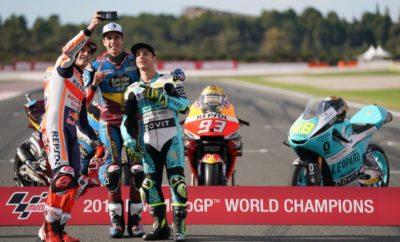 Ο Jorge Lorenzo ολοκλήρωσε με τον αγώνα στη Βαλένθια μία απίστευτη καριέρα 18 ετών στα Grand Prix βοηθώντας την Repsol Honda να κατακτήσει το Triple Crown, την ώρα που ο Marc Marquez πήρε μία ακόμα επιβλητική νίκη. Για τρίτη διαδοχική χρονιά η ομάδα της Repsol Honda γιόρτασε την ολοκλήρωση της αγωνιστικής σεζόν στο MotoGP με ένα ακόμα Triple Crown μετά την κατάκτηση του στέμματος στο Πρωτάθλημα Αναβατών, Ομάδων και Κατασκευαστών. Το επίτευγμα αυτό ολοκληρώνει μία πραγματικά απίστευτη χρονιά γεμάτη ρεκόρ καθώς η Honda γιορτάζει την 60ή επέτειό της στους αγώνες. Μετά το σβήσιμο των κόκκινων φώτων του τελευταίου αγώνα για το 2019, ο Marquez κατάφερε γρήγορα να αφήσει πίσω του τους αναβάτες που βρέθηκαν εμπρός του, ανεβαίνοντας στον τρίτο μόλις γύρο στη δεύτερη θέση. Με τον Fabio Quartararo να είναι μπροστά του, ο Marquez ψαλίδισε με μεθοδικότητα τη διαφορά του ενός περίπου δευτερολέπτου σε μόλις δύο δέκατα μέσα σε πέντε γύρους. Εξαπολύοντας την επίθεσή του στη Στροφή 11, ο Marc Marquez δεν έχασε την ευκαιρία να πάρει τα ηνία του αγώνα ανοίγοντας γρήγορα στη συνέχεια ένα σημαντικό προβάδισμα έναντι του αντιπάλου του. Η 12η νίκη του Marquez μέσα στο 2019 έρχεται να σφραγίσει τη φετινή σεζόν, με τον Ισπανό να σημειώνει ίσο αριθμό νικών με το 2014, χρονιά που για μια ακόμα φορά κυριάρχησε στο MotoGP. Με 420 βαθμούς σε 19 αγώνες μέσα στο 2019, ο Marquez καθίσταται ο πρώτος αναβάτης στην ιστορία που συγκεντρώνει περισσότερους από 400 βαθμούς μέσα σε μία σεζόν. Με το 95ο βάθρο του στη μεγάλη κατηγορία, ο Marc Marquez γίνεται ο δεύτερος αναβάτης με τους περισσότερους τερματισμούς στο podium στη μεγάλη κατηγορία ισοφαρίζοντας την επίδοση του Mick Doohan. Ύστερα από 297 εκκινήσεις σε Grand Prix, ο Jorge Lorenzo ολοκλήρωσε τη θρυλική καριέρα του στο Παγκόσμιο Πρωτάθλημα MotoGP με τον καλύτερο τερματισμό του φέτος μετά την επιστροφή από τον τραυματισμό του. Ο πέντε φορές Παγκόσμιος Πρωταθλητής αποχαιρέτησε τα Grand Prix μπροστά στους Ισπανούς οπαδούς του τερματίζοντας στην 13η θέσ
