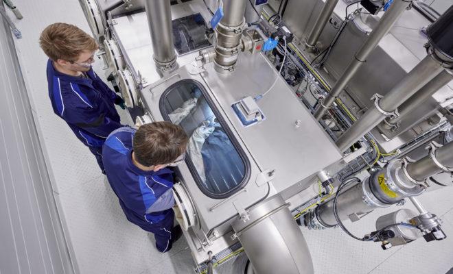 Το BMW Group είναι πρωτοπόρος στο χώρο της ηλεκτροκίνησης και έχει συγκεντρώσει την πολυετή εμπειρία και εκτενή τεχνογνωσία του πάνω στις κυψέλες μπαταριών σε ένα νέο Κέντρο Τεχνολογίας (Competence Centre). Αποστολή αυτού του εξειδικευμένου κέντρου που βρίσκεται στο Μόναχο είναι η περαιτέρω τεχνολογική πρόοδος και η προσεκτική ανάλυση των διαδικασιών παραγωγής. «Το νέο Κέντρο Τεχνολογίας Κυψελών Μπαταριών μας φέρνει σε μία ζηλευτή θέση», δήλωσε ο Oliver Zipse, Πρόεδρος Δ.Σ. της BMW AG. «Με βάση την τεχνολογία που υπάρχει αυτή τη στιγμή στο BMW i3, μέχρι το 2030 θα έχουμε τη δυνατότητα να διπλασιάσουμε την ενεργειακή πυκνότητα των κυψελών μπαταριών μας – και κατά συνέπεια τη λειτουργική αυτονομία των οχημάτων μας». Το BMW Group παρουσίασε το νέο τεχνολογικά προηγμένο Τεχνολογικό Κέντρο σε εκπροσώπους των μέσων ενημέρωσης από όλο τον κόσμο παρουσία του πρωθυπουργού της Βαυαρίας, Dr. Markus Söder, αποκαλύπτοντας προηγμένα εργαστήρια, ερευνητικές εγκαταστάσεις και πρωτότυπα συστήματα. Και ο Zipse συνέχισε: «Η τεχνολογία κυψελών μπαταριών είναι πρωταρχικός παράγοντας επιτυχίας στη στρατηγική επέλαση ηλεκτροκίνητων οχημάτων μας, καθώς επηρεάζει τόσο τις λειτουργικές επιδόσεις όσο και το κόστος των μπαταριών. Η απαράμιλλη τεχνογνωσία μας σε όλη την αξιακή αλυσίδα διασφαλίζει ότι παραμένουμε πάντα στην αιχμή της τεχνολογίας. Μπορούμε να ορίσουμε ακριβείς προδιαγραφές, καθώς και τα σχετικά υλικά και συνθήκες. Αυτό σημαίνει ότι βρισκόμαστε σε ιδανική θέση για να προωθήσουμε την εξάπλωση των ηλεκτροκίνητων οχημάτων μας». Το νέο Κέντρο Τεχνολογίας χαρτογραφεί ολόκληρη την αξιακή αλυσίδα της τεχνολογίας κυψελών μπαταριών – από την έρευνα και εξέλιξη μέχρι τη χημική σύσταση και σχεδίαση μιας κυψέλης, αλλά και τις προοπτικές για μαζική παραγωγή. Το κέντρο συγκεντρώνει όλη την εμπειρία και τεχνογνωσία της εταιρίας και λειτουργεί ως βάση για περαιτέρω διεύρυνση. Οι μικρές αποστάσεις και η συνεργασία μεταξύ διαφόρων τμημάτων θα επιτρέψουν μία ολοκληρωμένη, διάφανη και βιώσιμη εξέλιξη
