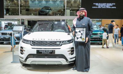 Το νέο Range Rover Evoque - το αυθεντικό πολυτελές SUV πόλης - ψηφίστηκε ως το Καλύτερο SUV / Crossover στα Βραβεία Women's World Car of the Year (WWCOTY) για το 2019. Συνολικά 21 αυτοκίνητα τέθηκαν υποψήφια από 41 κριτές από 32 χώρες και ταξινομήθηκαν σε επτά κατηγορίες. Το βραβείο για το Evoque απονεμήθηκε από τον Shereen Shabnam της κριτικής επιτροπής των WWCOTY στο Διεθνές Σαλόνι Αυτοκινήτου του Ντουμπάι. Το Evoque πρωτοστάτησε στην αγορά πολυτελών compact SUV. Τώρα, έχοντας κερδίσει 224 διεθνή βραβεία, το νέο Evoque έχει βασιστεί στον αρχικό, άμεσα αναγνωρίσιμο σχεδιασμό του, για να συνδυάσει την απαράμιλλη κληρονομιά της Range Rover με τεχνολογία αιχμής. Σχεδιασμένο, κατασκευασμένο και συναρμολογημένο στη Βρετανία, ανταποκρίνεται στις ανάγκες των σημερινών αγοραστών και διατίθεται σε 127 χώρες. Ο Chief Creative Officer της Land Rover, καθηγητής Gerry McGovern, δήλωσε: «Η αναγνώριση από την κριτική επιτροπή των WWCOTY αποτελεί τιμή για το Evoque. Με τις μικρές διαστάσεις του, αυτό το όχημα συνδυάζει προσωπικότητα, φινέτσα και διασκέδαση για να δημιουργήσει αυτή τη σημαντική συναισθηματική σύνδεση που αγαπούν οι αγοραστές». Χάρη στη νέα πλατφόρμα Premium Transverse Architecture της Land Rover, το νέο Evoque διαθέτει υβριδικά-ηλεκτρικά συστήματα κίνησης, αποδοτικούς τρικύλινδρους κινητήρες Ingenium και καινοτόμα φυσικά και ανακυκλωμένα υλικά. Τον Απρίλιο, το Evoque έγινε το πρώτο πολυτελές compact SUV, το οποίο έχει πιστοποιηθεί σύμφωνα με τους αυστηρούς νέους στόχους για τις εκπομπές NOx, τις εκπομπές σε πραγματικές συνθήκες οδήγησης σταδίου 2 ( Real Driving Emissions stage 2 - RDE2), νωρίτερα από την επίσημη νομοθετική έναρξη ισχύος για τα νέα μοντέλα τον Ιανουάριο του 2020. Το νέο Evoque έχει επίσης λάβει τη μέγιστη δυνατή βαθμολογία πέντε αστέρων Euro NCAP για την ασφάλεια, επιβεβαιώνοντας πως πρόκειται για ένα από τα πιο εκλεπτυσμένα, ικανά και ασφαλή πολυτελή compact SUV στην αγορά. Η Jaguar Land Rover έχει έντονη παρουσία στα Women's World Car of the Year 