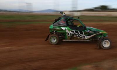 Στο γνώριμο για τους περισσότερους οδηγούς Markopoulo Park πραγματοποιήθηκε σήμερα, 16 Νοεμβρίου, η προκριματική διαδικασία για τον 5ο γύρο των EKO Racing Dirt Games 2019. Η βροχόπτωση των προηγούμενων ημερών συνέβαλε στην ιδανική κατάσταση στην οποία αποδείχτηκε πως βρίσκεται η διαδρομή των 1,1 χιλιομέτρων, με την επιφάνεια απλά να κρατάει λίγη υγρασία και τη σκόνη να είναι σαφώς περιορισμένη συγκριτικά με προηγούμενες αναμετρήσεις. Έτσι, κατά τη σημερινή, πρώτη ημέρα του 5ου γύρου του θεσμού, όσοι βρέθηκαν στον Ιππόδρομο στο Μαρκόπουλο, είχαν την ευκαιρία να παρακολουθήσουν σπουδαίες μάχες κατά τους προκριματικούς γύρους, τόσο μεταξύ των αγωνιζομένων με χωμάτινες φόρμουλες 600 κ.εκ., όσο και στη μεγαλύτερη κατηγορία, των 750 κ.εκ. Την ίδια ώρα, στο πλαίσιο της διοργάνωσης, διεξήχθη και αγώνας ατομικής χρονομέτρησης, με αγωνιστικά αυτοκίνητα. Το μεγαλύτερο ενδιαφέρον αναμενόμενα στράφηκε στην κατηγορία των 600 κ.εκ., όπου «έδωσε» πλούσιο θέαμα, με εναλλαγές στις θέσεις και σημαντικές μάχες. Ωστόσο, σε δικό του ρυθμό και στους τέσσερις προκριματικούς γύρους κινήθηκε ο Γιώργος Ζυμαρίδης με το La Base RX-01 της LaBase Team Greece, ο οποίος απέσπασε και το μέγιστο της βαθμολογίας σ' αυτό το σκέλος. Από εκεί και πέρα, από τρεις πρώτες και μια δεύτερη θέση κατέκτησαν οι ταχύτατοι Μιχάλης Τακιδέλλης με Speedcar Xtrem και Νώντας Καρανικόλας με ακόμα ένα La Base RX-01 της LaBase Team Greece. Η μεταξύ τους μάχη, μάλιστα, στο Q3 με τελικό νικητή τον Nώντα Καρανικόλα, ήταν από τις πιο ενδιαφέρουσες της ημέρας. Αντίστοιχα δύο πρώτες και δύο δεύτερες θέσεις κατέκτησε ο «Panagiotis Roustemis» με Kamikaz 3 της Planetkartcross Greece, ενώ οι «Filon» με Semog Trophy, Γιάννης Ρέγγος και Σπύρος Ράπτης, με Semog Bravo και Kamikaz 3 αντίστοιχα, μοιράστηκαν από μία πρώτη και τρεις δεύτερες θέσεις. Στα 750 κ.εκ. οι συμμετοχές ήταν πέντε, κάτι που σημαίνει ότι όλοι οι οδηγοί θα αγωνιστούν στον τελικό της αυριανής δεύτερης ημέρας. Σε κάθε περίπτωση, στους δύο προκριματικούς γύρους που πραγμ