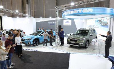 Στα πλαίσια των εγκαινίων της ΑΥΤΟΚΙΝΗΣΗΣ 2019 και παρουσία του Ιάπωνα πρέσβη κ. Simizu καθώς και του κ. Koshimizu Κunichika Προέδρου της SI και του κ. Kenji Mukai ……….. , η εταιρεία ΠΜ ΑΕ παρουσίασε σε πανελλαδική πρεμιέρα το νέο Subaru Forester e-BOXER και το νέο 2λιτρο Subaru XV e-BOXER. Μετά από ένα σύντομο χαιρετισμό του κ. Koshimizu στους εκπροσώπους του Ειδικού Τύπου, έλαβε τον λόγο ο κ. Γιάννης Χεκιμιάν, Πρόεδρος & Διευθύνων Σύμβουλος της ΠΛΕΙΑΔΕΣ MOTORS AE, ο οποίος ευχαρίστησε τους καλεσμένους και τον πρέσβη για την παρουσία τους και μίλησε για τα νέα μοντέλα και τo μέλλον της Subaru στη γη των ΠΛΕΙΑΔΩΝ. Πρόκειται για τα πρώτα νέα μοντέλα που φέρουν την τεχνολογία e-BOXER και ανήκουν στην κατηγορία Mild Hybrid, αποτελώντας ένα σημαντικό βήμα προς τα εμπρός για την SUBARU. To ολοκαίνουργιο FORESTER, για την ακρίβεια η 5η γενιά του θρυλικού SUV της μάρκας, εκτός από τον e-BOXER χρησιμοποιεί την νέα Παγκόσμια Πλατφόρμα της SUBARU (SGP) η οποία ήδη λανσαρίστηκε με τα XV και Impreza από το 2018. Είναι εξοπλισμένο με 2-λιτρο βενζινοκινητήρα και ηλεκτρικό κινητήρα, ο οποίος τοποθετημένος μέσα στο κιβώτιο τύπου CVT, διατηρεί αναλλοίωτα τα χαρακτηριστικά της συμμετρικής τετρακίνησης της Subaru. To ίδιο κινητήριο σύνολο χρησιμοποιείται και στο 2-λιτρο XV. Το νέο Forester προσφέρει ακόμα μεγαλύτερους χώρους και υψηλότερα επίπεδα άνεσης στην καμπίνα επιβατών και τον χώρο του πορτ-μπαγκάζ. Εξελιγμένο είναι και το X-Mode που προσφέρει δύο επιλογές, SNOW/DIRT και DeepSNOW/MUD. Και τα δύο μοντέλα διαθέτουν EyeSight 3ης γενιάς, CVT, και ένα ακόμα πιο πλούσιο και εξελιγμένο επίπεδο εξοπλισμού. SAAS, Subaru All-Around Safety Η ενεργητική, η προληπτική αλλά και η παθητική ασφάλεια για την SUBARU δεν είναι αξεσουάρ αλλά βασικός εξοπλισμός, είναι ο πυλώνας της φιλοσοφίας της απέναντι στον άνθρωπο. Τώρα, με την τεχνολογία e-BOXER, αυτή η φιλοσοφία παίρνει και μια άλλη διάσταση... SUBARU, the Hybrid Way. Εκτός από τα νέα μοντέλα με τεχνολογία e-BOXER στο περίπτερο της Subaru παρο