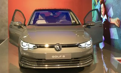 Μία μεγάλη πρεμιέρα για τους Έλληνες φίλους του αυτοκινήτου! Μόλις δύο εβδομάδες μετά την παγκόσμια αποκάλυψή του στην έδρα της Volkswagen, το Wolfsburg, το ολοκαίνουργιο Golf θα βρίσκεται στην «ΑΥΤΟΚΙΝΗΣΗ 2019», την ετήσια έκθεση αυτοκινήτου που ανοίγει τις πύλες της στο τέλος της εβδομάδας. Το νέο Golf, αισίως στην όγδοη γενιά του, ένα μοντέλο-θρύλος με περισσότερες από 35 εκατομμύρια πωλήσεις σε 45 χρόνια καριέρας, πλέον εισέρχεται στην ψηφιακή εποχή: διασυνδεμένο, προνοητικό, ευφυές, εξηλεκτρισμένο. Και οι Έλληνες φίλοι του αυτοκινήτου θα έχουν την ευκαιρία να το δουν από κοντά, πριν τους υπόλοιπους Ευρωπαίους! Όμως το νέο Golf δεν είναι η μοναδική πρεμιέρα για τη Volkswagen στην ΑΥΤΟΚΙΝΗΣΗ 2019. Στον 573 τ.μ. εκθεσιακό χώρο της Kosmocar-Volkswagen, δημιουργημένο σύμφωνα με την νέα εταιρική ταυτότητα της μάρκας, την πανελλήνια πρεμιέρα τους θα έχουν πέντε ακόμα μοντέλα! Δύο από αυτά είναι πολύ ιδιαίτερες εκδόσεις του best-seller T-Roc, του compact SUV της μάρκας: • Το νέο T-Roc R, ισχυρό όσο ένα γνήσιο σπορ μοντέλο, πρακτικό όσο ένα ευέλικτο SUV. Με ισχύ 300 ίππων το compact και δυναμικό T-Roc R επιταχύνει από στάση έως 100 χλμ./ώρα σε μόλις 4,8 δευτερόλεπτα, ενώ η τελική του ταχύτητα - χωρίς ηλεκτρονικό περιορισμό - φτάνει τα 250 χλμ./ώρα. • Το νέο T-Roc Cabriolet, ένα μοντέλο που ανοίγει νέους ορίζοντες στα SUV. Ως το πρώτο cabriolet μοντέλο στα compact SUV, το νέο T-Roc Cabriolet συνδυάζει την εμφάνιση και τη δυναμική των «συμβατικών» SUV με τη μοναδική οδηγική εμπειρία ενός μοντέλου χωρίς οροφή. Ένα μοντέλο που ιδίως στην Ελλάδα, αναμένεται να αγαπηθεί πολύ! Δίπλα σε αυτά, μία νέα έκδοση του Volkswagen Tiguan, του μεσαίου SUV που το 2018 αναδείχθηκε στο παγκόσμιο best-seller για τη Volkswagen: • Το νέο Tiguan Allspace, με μεγαλύτερες διαστάσεις από το «κλασσικό» Tiguan, που προσφέρει όλες τις παραδοσιακές αξίες του μοντέλου σε συνδυασμό με αυξημένη ευρυχωρία, έξυπνη διαρρύθμιση και δυνατότητα άνετης φιλοξενίας επτά επιβατών! Τέλος, με τη Volkswagen να δηλώνε