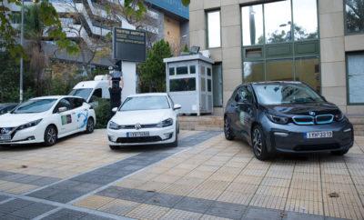 Το Υπουργείο Περιβάλλοντος και Ενέργειας εισάγει την Ηλεκτροκίνηση στην καθημερινότητα του δημοσίου τομέα, μέσω της χρήσης ηλεκτρικών οχημάτων και ηλεκτρικών ποδηλάτων για υπηρεσιακές μετακινήσεις. ΗΛΕΚΤΡΟΚΙΝΗΤΑ ΙΧ To ΥΠΕΝ απέκτησε τρία ηλεκτροκίνητα αυτοκίνητα: -1 BMW, μοντέλο i3 -1 NISSAN LEAF -1 Volkswagen e-Golf Η αυτονομία των 3 ηλεκτρικών αυτοκινήτων είναι 260 χλμ. περίπου. Οι 3 εσωτερικοί φορτιστές και ο ένας εξωτερικός φορτιστής στην είσοδο του Υπουργείου μπορούν να φορτίσουν πλήρως τα ηλεκτρικά αυτοκίνητα σε 4 ώρες. ΗΛΕΚΤΡΙΚΑ ΠΟΔΗΛΑΤΑ Με ένα πιλοτικό σύστημα 14 «έξυπνων» ηλεκτρικών ποδηλάτων με GPS/GPRS, μοιρασμένα στα δύο κτίρια του Υπουργείου (στις οδούς Μεσογείων 119 και Αμαλιάδος 17 αντίστοιχα) και μέσω μιας εφαρμογής για smartphones με την ονομασία YPENeBikeShare, ο εργαζόμενος μπορεί να μετακινηθεί γρήγορα και με μηδενικούς ρύπους. Τα ηλεκτρικά ποδήλατα θα είναι διαθέσιμα από 8:00 π.μ. έως 3:00 μ.μ. στην είσοδο των κτιρίων. Σε αυτούς που ενδιαφέρονται να χρησιμοποιήσουν τα ηλεκτρικά ποδήλατα, τους χορηγείται κωδικός, κατόπιν αίτησης για να εγκαταστήσουν την σχετική εφαρμογή στο έξυπνο κινητό τους. Η διαδικασία παραλαβής και επιστροφής ενός ηλεκτρικού ποδηλάτου λειτουργεί ως εξής: -Οι χρήστες του συστήματος κατεβάζουν στο κινητό τους τηλέφωνο την εφαρμογή YPENeBikeShare. -Μόλις ανοίξουν την εφαρμογή στο τηλέφωνό τους, είναι έτοιμοι να παραλάβουν ένα ποδήλατο.