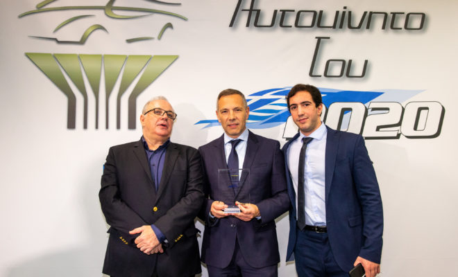 """Το νέο Peugeot 208 αναδείχθηκε το «Αυτοκίνητο του 2020» από τον ανεξάρτητο δημοσιογραφικό θεσμό """"Αυτοκίνητο της Χρονιάς για την Ελλάδα"""" σε εκδήλωση που έλαβε χώρα στις 10 Δεκεμβρίου στο ξενοδοχείο Domotel Kastri Hotel, στη Νέα Ερυθραία. Μέλη της επιτροπής αποτελούν 26 καταξιωμένοι δημοσιογράφοι με πολυετή εμπειρία στο χώρο του αυτοκινήτου, οι οποίοι ψηφίζουν βάσει κριτηρίων όπως η τεχνολογία, η καινοτομία, οι επιδόσεις, η ασφάλεια, καθώς και το κόστος κτήσης και χρήσης. Το βραβείο παρέλαβαν οι κ.κ. Γιάννης Συγγελίδης, Γιώργος Συγγελίδης και Πέτρος Πιπερίδης από τον Πρόεδρο του θεσμού κ. Γιάννη Σκουφή. Κατά την παραλαβή του βραβείου, μεταξύ άλλων, ο κ. Γιάννης Συγγελίδης ευχαρίστησε θερμά τα μέλη του θεσμού που τίμησαν με την ψήφο τους το νέο Peugeot 208 και ευχήθηκε καλή επιτυχία σε όλες τις εταιρείες του ανταγωνισμού. Το νέο Peugeot 208 ξεχωρίζει κατ αρχήν για το τολμηρό design του και την επιιθετική του προσωπικότητα. Επιπλέον, προσφέρει στους πελάτες της μάρκας την δυνατότητα της επιλογής καθώς διατίθεται με κινητήρες πετρελαίου, βενζίνης αλλά και σε αμιγώς ηλεκτρική έκδοση με αυτονομία έως 340km. Στο εσωτερικό καινοτομεί με το νέας γενιάς Peugeot i-Cockpit το οποίο περιλαμβάνει ψηφιακό πίνακα οργάνων 3D καθώς και πληθώρα συστημάτων υποβοήθησης οδήγησης που συναντά κανείς σε μεγαλύτερες κατηγορίες. Τέλος, το νέο Peugeot 208 έχει σχεδιαστεί με γνώμονα τον περιορισμό των εκπομπών του CO2 χάρη στη μείωση βάρους, στα βελτιωμένα αεροδυναμικά χαρακτηριστικά του, στη μειωμένη αντίσταση κύλισης και στην βελτιστοποίηση λειτουργίας κινητήρα. Έχοντας ήδη ξεκινήσει το εμπορικό του λανσάρισμα στην Ελληνική αγορά και όντας διαθέσιμο σε όλο το δίκτυο Επισημων διανομέων της Peugeot πανελλαδικά, το νέο Peugeot έχει ήδη συγκεντρώσει εκατοντάδες παραγγελίες προδιαγράφοντας μια εξαιρετικά επιτυχημένη εμπορική πορεία."""