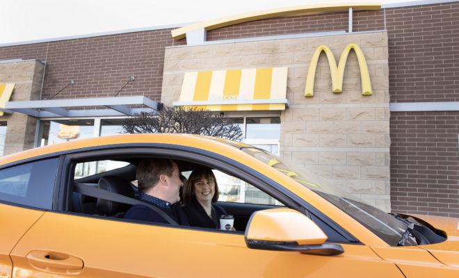 Η συνεργασία των Ford και McDonald's οικοδομείται πάνω στις δεσμεύσεις και των δύο εταιρειών για την προστασία του περιβάλλοντος Η Ford Motor Company και η McDonald's Αμερικής σύντομα θα προσφέρουν στα οχήματα της πρώτης μία διεγερτική δόση… καφεΐνης αξιοποιώντας το στοιχείο ενός γνώριμου προϊόντος της πρωινής μας ρουτίνας σε εξαρτήματα αυτοκινήτων. Όπως είναι, για παράδειγμα, το πλαίσιο των εμπρός φωτιστικών σωμάτων. Κάθε χρόνο εκατομμύρια τόνοι από αποξηραμένες φλούδες κόκκων του καφέ αφαιρούνται κατά τη διαδικασία του καβουρδίσματος. Πλέον, η Ford και η McDonald's συνεργάζονται με στόχο μία καινοτόμα χρήση αυτού του συστατικού, καθώς και οι δύο εταιρείες ανακάλυψαν ότι τα υπολείμματα των κόκκων του καφέ μπορούν να μετατραπούν σ' ένα ανθεκτικό υλικό που μπορεί να ενισχύσει συγκεκριμένα εξαρτήματα που συναντάμε σήμερα στα σύγχρονα αυτοκίνητα. Πιο συγκεκριμένα, οι φλούδες του καφέ, αφού θερμανθούν σε υψηλές θερμοκρασίες και σε συνθήκες χαμηλού οξυγόνου, στη συνέχεια αναμιγνύονται με πλαστικό και άλλα πρόσθετα, με το προϊόν που προκύπτει να μετατρέπεται σε σφαιρίδια, το οποίο με τη σειρά του μπορεί εύκολα να διαμορφωθεί σε διάφορα σχήματα. Το συνθετικό αυτό υλικό πληροί τις προδιαγραφές ποιότητας για εξαρτήματα όπως το πλαίσιο των προβολέων και άλλα τμήματα του αυτοκινήτου που συναντώνται τόσο στην καμπίνα, όσο και κάτω από το εμπρός καπό. Τα εν λόγω εξαρτήματα αναμένεται να είναι περίπου 20% ελαφρύτερα, ενώ θα καταναλώνεται 25% λιγότερη ενέργεια κατά τη διαδικασία χύτευσής τους. Η Ford εκτιμά μάλιστα ότι οι θερμικές ιδιότητες ενός τέτοιου προϊόντος είναι αισθητά καλύτερες σε σχέση με εκείνες του υλικού που χρησιμοποιείται αυτή τη στιγμή. Αξίζει να σημειωθεί πως αυτή είναι η πρώτη φορά που η Ford χρησιμοποιεί φλούδες από κόκκους του καφέ ως πρώτη ύλη για την κατασκευή συγκεκριμένων εξαρτημάτων στα αυτοκίνητά της. «Η δέσμευση της McDonald's στην καινοτομία μας εντυπωσίασε ταιριάζοντας στο δικό μας καινοτόμο όραμα και τις δράσεις βιωσιμότητας» δήλωσε η Debbie Mielewski