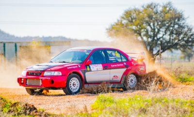 Η επιστροφή της ιστορικής Ειδικής Διαδρομής «Σκούρτα» στο ελληνικό αγωνιστικό στερέωμα, η νίκη του Κυπριακού πληρώματος των Φοίβου Νικολάου - Σάββα Ζάκου με Mitsubishi Lancer EvoIX και η ανάδειξη των φετινών Κυπελλούχων Ράλλυ Χώματος ήταν τα συστατικά της επιτυχίας του Rally Sprint Βοιωτίας, του νέου αγώνα του Σωματείου ΕΛ.Λ.Α.Δ.Α., που έκλεισε το φετινό θεσμό του Κυπέλλου σε ιδιαίτερα εορταστικό κλίμα και με αρκετά μεγάλο αριθμό θεατών. Καθώς κατά γενική ομολογία οι αγωνιζόμενοι έμειναν εντυπωσιασμένοι από την ταχύτητα και την τεχνική πρόκληση της «ακροπολικής» Ειδικής Διαδρομής των Σκούρτων, είτε την είχαν ζήσει στο παρελθόν είτε όχι, οι Νικολάου-Ζάκου κέρδισαν και τα τρία περάσματα από την ΕΔ. Στο δεύτερο από τα τρία ήταν που κατάφεραν να χτίσουν μικρή διαφορά από τους Θέμη Χαλκιά - Λεωνίδα Μαχαίρα, με ίδιο αυτοκίνητο, και να την κρατήσουν στα μόλις 7,33 δευτ. μέχρι τέλους. Ωστόσο, ήταν οι τρίτοι της γενικής κατάταξης του σημερινού αγώνα που είχαν τον κυριότερο λόγο να πανηγυρίζουν: οι Γιάννης Μποζιονέλος και Βαγγέλης Παναρίτης (Mitsubishi Lancer EvoV/VI) αναδείχθηκαν με αυτό το αποτέλεσμα Κυπελλούχοι Ελλάδας Ράλλυ Χώματος 2019 στη γενική κατάταξη όσο και στην Κατηγορία C2! Το ίδιο επίτευγμα σημείωσαν, «σκαρφαλώνοντας» μάλιστα στην 9η θέση της γενικής σήμερα, οι «Backo»-«Άρης Ιαβέρης», στην κατηγορία F2. Πίσω στο Rally Sprint Βοιωτίας, στην κατηγορία C5 οι Σταμάτης Παντιέρας - Βασιλική Κουρτίδου βρήκαν από νωρίς σπουδαίο ρυθμό με το νέο τους Honda Civic Type R και με χρόνους δεκάδας τερμάτισαν στην 7η θέση, την πρώτη πίσω από την «αρμάδα» των Mitsubishi Lancer Evo, και βέβαια στην πρώτη της F2. Αντίστοιχα, πετυχαίνοντας χρόνους εντός της δεκάδας -με εξαίρεση στο δεύτερο πέρασμα που αντιμετώπισαν ένα μηχανικό πρόβλημα- στη C3 κυριάρχησαν οι Κωνσταντίνος Αντωνίου και Απόστολος Μακάριος με το πανέμορφο Ford Escort RS2000. Η C4 ήταν «υπόθεση» των Ιωάννη Γιώτη και Χρήστου Φαρμάκη, που ήταν ταχύτεροι της κατηγορίας και στα τρία περάσματα από τα «Σκούρτα» - και μάλιστα 