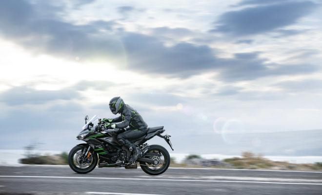 Η Ninja 1000SX του 2020 σηματοδοτεί την τέταρτη γενιά μιας επιτυχημένης sport touring πλατφόρμας. Οι εκπομπές καθαρότερων ρύπων, η ίδια εξαιρετική απόδοση, το πιο σπορ και δυναμικό νέο στυλ, το μονό πλευρικό τελικό της εξάτμισης και ο πλήρης φωτισμός LED περιλαμβάνονται στη νέα λίστα προδιαγραφών του βασικού εξοπλισμού. Δυνατότητες Sport και Touring; Η Ninja 1000SX του 2020 προσφέρει πραγματικά, τα καλύτερα και των δύο κόσμων. Η αυξημένη άνεση της σέλας τόσο για τον οδηγό όσο και για τον συνεπιβάτη, είναι μόνο μία από τις τροποποιήσεις, στις οποίες περιλαμβάνονται επίσης, ο ηλεκτρονικός υπολογιστής ταξιδιού (Electronic Cruise Control) που ενσωματώνεται για πρώτη φορά, το σύστημα γρήγορης αλλαγής ταχυτήτων (Quick Shifter), τα ενσωματωμένα προγράμματα οδήγησης (Riding Modes) που συνδυάζουν KTRC και Power Modes, καθώς και η 10.9 εκατοστών ψηφιακή έγχρωμη οθόνη οργάνων TFT με συνδεσιμότητα smartphone. Ο εξοπλισμός κάνει αυτή την αναβαθμισμένη Sport Tourer, πιο ελκυστική από ποτέ. Το νέο στυλ τονίζει τον ολοκαίνουριο πλήρη φωτισμό LED, ο οποίος περιλαμβάνει προβολείς, πίσω φως, καθώς και φως πινακίδας κυκλοφορίας και φλας. Η ιδανική πρόσφυση εξασφαλίζεται από τα ελαστικά Bridgestone Battlax Hypersport S22. Η σέλα είναι εργονομικά σχεδιασμένη για τον οδηγό και τον συνεπιβάτη, παρέχει αυξημένη άνεση και διευκολύνει την πολύωρη παραμονή στη σέλα, με τη σέλα του συνεπιβάτη να είναι φαρδύτερη και να προσφέρει μεγαλύτερη επιφάνεια καθίσματος. Ο ανεμοθώρακας είναι νέας σχεδίασης και ρυθμίζεται σε τέσσερις θέσεις, ενώ υπάρχει και η δυνατότητα προσαρμογής μεγαλύτερου ανεμοθώρακα, ο οποίος είναι διαθέσιμος στον προαιρετικό εξοπλισμό. Για τον επόμενο χρόνο, οι δυνατότητες για ταξίδια μεγάλων αποστάσεων θα είναι περισσότερες από ποτέ. Τα βοηθήματα για τον αναβάτη που προηγουμένως περιλάμβαναν λειτουργία ηλεκτρονικής διαχείρισης στροφών και ευφυές σύστημα αντιμπλοκαρίσματος των τροχών, εμπλουτίζονται με τέσσερα προγράμματα οδήγησης. Για μεγαλύτερη ευκολία, ένα τσιπ Bluetooth που έχει