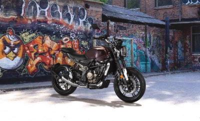 Η εταιρεία Moto Trend SA με χαρά ανακοινώνει την αποκλειστική εισαγωγή και διάθεση στη χώρα μας των μοτοσυκλετών της Voge, ενός premium brand με προϊόντα που χαρακτηρίζονται από την ποιότητα σε κάθε επίπεδο. Η Voge Motorcycles δημιουργήθηκε από τη Loncin Industries Ltd, με απώτερο στόχο την κυριαρχία στην κατηγορία των πολυτελών μοτοσυκλετών μεσαίου κυβισμού. Σε πρώτη φάση, η γκάμα της περιλαμβάνει μοτοσυκλέτες Street και Street Adventure με μονοκύλινδρους και δικύλινδρους σε σειρά κινητήρες 300 και 500cc αντίστοιχα. Μοτοσυκλέτες με σημασία στη λεπτομέρεια, μοναδικό φινίρισμα και συναρμογή υλικών, μοτοσυκλέτες που δημιουργήθηκαν για να κάνουν τη διαφορά και παράλληλα να αποτελέσουν σημείο αναφοράς στην κατηγορία τους και όχι μόνο. Από τις αρχές του 2020, η Voge Motorcycles ξεκινά την παρουσία της στην Ελληνική αγορά με πέντε μοντέλα, τα street naked 300R/500R, τα street adventure 300DS/500DS και το modern classic 300AC. Όλα διαθέτουν δικάναλο ABS της Bosch, ασύμμετρα ψαλίδια, φρένα της Nissin, αναρτήσεις της KYB, φώτα τεχνολογίας LED και τα μηχανικά τους σύνολα χαρακτηρίζονται από 2 ΕΕΚ, τετραβάλβιδες κεφαλές και συστήματα ηλεκτρονικού ψεκασμού. Κοινό τους χαρακτηριστικό η απτή ποιότητα κατασκευής, που εγγυάται premium χαρακτήρα και μοναδική αξιοπιστία σε βάθος χρόνου. Η Voge Motorcycles ήρθε για να προσφέρει τον ιδανικό συνδυασμό στη σχέση αξίας - τιμής και να δώσει τη δυνατότητα σε όλο τον κόσμο να απολαμβάνει καθημερινά μετακίνηση σε άλλο επίπεδο! LONCIN: O μεγαλύτερος κατασκευαστής της Κίνας, με ετήσια παραγωγή 2,5 εκατομμυρίων μοτοσυκλετών, τριών εκατομμυρίων κινητήρων και 150.000 ATV, παράλληλα και το Νο 1 στις εξαγωγές, τόσο σε μονάδες όσο και σε τζίρο. Συνεργάζεται με τη BMW από το 2005 και αυτή τη στιγμή κατασκευάζει τα maxi scooter C 400 X/GT και τους δικύλινδρους κινητήρες των F 750/850/900 GS/R/XR, ενώ έχει προχωρήσει και σε στρατηγική συνεργασία με την MV Agusta, αναλαμβάνοντας να κατασκευάσει για λογαριασμό της κορυφαίας Ιταλικής εταιρείας μια νέα σειρ