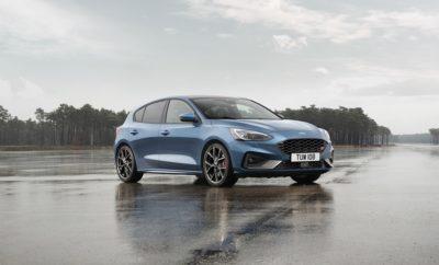 • Οι πωλήσεις του Ford Focus από την αρχή της χρονιάς είναι οι υψηλότερες από το 2015. Μέχρι τα τέλη Οκτωβρίου έχουν ταξινομηθεί 194.700 Focus, επίδοση που αντιστοιχεί σε μία πώληση κάθε 135 δευτερόλεπτα • Το Focus προσφέρει την ευρύτερη γκάμα εκδόσεων στην κατηγορία του, η οποία επεκτείνεται τώρα με το νέο, υψηλών προδιαγραφών Active X Vignale. Το νέο Focus EcoBoost Hybrid αναμένεται του χρόνου • Το στυλ, η τεχνολογία και η ευρυχωρία είναι τα κύρια κριτήρια αγοράς του μοντέλου Το Ford Focus διαθέτει σήμερα την πιο πολυσυλλεκτική γκάμα εκδόσεων στην ιστορία του, γεγονός που έρχεται να ενισχύσει το μερίδιο της Ford στην ανταγωνιστική κατηγορία των κόμπακτ αυτοκινήτων, στην οποία η εταιρεία καταγράφει φέτος αύξηση της τάξης του 1,8% σε σχέση με την αντίστοιχη περσινή. Οι πωλήσεις του Focus από την αρχή της χρονιάς στις 20 κύριες ευρωπαϊκές αγορές της Ford είναι οι υψηλότερες από το 2015, με 194.700 οχήματα να έχουν πουληθεί μέχρι τα τέλη Οκτωβρίου - επίδοση που αντιστοιχεί σε πώληση ενός Focus κάθε 135 δευτερόλεπτα.1 Η Ford έχει ταξινομήσει τώρα περισσότερα από 250.000 νέα Focus από τον Ιούνιο του 2018, όταν και ξεκίνησαν οι παραγγελίες του νέου μοντέλου. «Πρόκειται για την πιο ευρεία γκάμα που προσφέρεται σε πελάτες αυτής της κατηγορίας και περιλαμβάνει από το 5-θυρο Focus μέχρι το wagon και από τo Focus Active μέχρι το ST» δήλωσε ο Roelant de Waard, vice president, Marketing, Sales & Service, Ford Ευρώπης. «Και όλα τα μοντέλα διαθέτουν θαυμάσια σχεδίαση και τεχνολογία.» Η ολοκληρωμένη και ασυναγώνιστη σε σχέση με οποιοδήποτε μοντέλο του ανταγωνισμού γκάμα εκδόσεων, αμαξωμάτων και συστημάτων κίνησης του Focus, επεκτείνεται τώρα με το λανσάρισμα του νέου Focus Active X Vignale. Συνδυάζοντας τον πολυτελή εξοπλισμό του Focus Vignale με τον «σκληροτράχηλο» εξωτερικό σχεδιασμό, την αυξημένη απόσταση από το έδαφος και το προηγμένο πλαίσιο του Focus Active, τα στάνταρ χαρακτηριστικά του Focus Active X Vignale περιλαμβάνουν μεταξύ άλλων αποκλειστικής σχεδίασης ζάντες αλουμιν