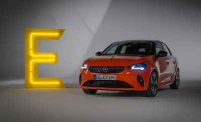 """Απόλαυση, εξηλεκτρισμός, ταχύτητα: Αυτές οι λέξεις χαρακτηρίζουν τη διάθεση της Opel το 2019 και με αυτές θα συνεχίσει στη νέα χρονιά! Από το λανσάρισμα του νέου Corsa-e μέχρι το Σαλόνι Αυτοκινήτου της Φρανκφούρτης και τις πρώτες εικόνες του νέου Insignia, η φετινή χρονιά είχε πολλές συναρπαστικές αφίξεις και ειδήσεις για την Opel. Όλα αυτά περιλαμβάνονται σε ένα συνοπτικό video που αποπνέει όλη τη ζωντάνια του 2019. Αποτίοντας φόρο τιμής στα εμβληματικά μοντέλα της, η μάρκα γιορτάζει μία πλούσια παράδοση 120 χρόνων στην παραγωγή αυτοκινήτων, ενώ παράλληλα εργάζεται για την υλοποίηση του οράματός της. Στην αρχή του βίντεο, κλασικά μοντέλα Opel όπως τα GT, Manta, Corsa A, Kadett ή Kapitän συναντώνται με τα αγαπημένα μοντέλα του σήμερα για να εορτάσουν την επέτειο. Σύγχρονα εμβληματικά μοντέλα Opel βρίσκονται στο προσκήνιο της φετινής χρονιάς, καθώς το 2019 έφερε ένα νέο Astra με εκδόσεις hatchback και Sports Tourer, τρεις κινητήρες για την έκτη γενιά Corsa – ηλεκτρικό, βενζίνης και diesel – ένα χαρισματικό Zafira Life και το νέο Insignia που αποκαλύφθηκε μόλις στις αρχές Δεκεμβρίου. Το Corsa στη νέα γενιά του αντιπροσωπεύει τη χαρά της οδήγησης και υπόσχεται ότι, ανεξάρτητα του πόσο απολαυστική είναι η απαρίθμηση όλων των ικανοτήτων του, η οδήγησή του είναι ακόμα πιο απολαυστική. Κάνοντας μία αναφορά στο μοντέλο από το οποίο ξεκίνησαν όλα, το Corsa A, η Opel ανατρέχει στο DNA της οδηγικής απόλαυσης της πρώτης γενιάς και τοποθετεί το σημερινό αυτοκίνητο σε αντίστοιχη θέση. Επιπλέον, η διεθνής επιτροπή AUTOBEST απένειμε στα Corsa και Corsa-e τον τίτλο """"Best Buy Car of Europe 2020."""" #OpelGoesElectric το ίδιο και το νέο Corsa-e! Το bestseller της Opel στοχεύει να καταστήσει την ηλεκτροκίνηση όχι μόνο πιο πρακτική και άνετη αλλά και πιο προσιτή. Το Opel Grandland X προστέθηκε στη γκάμα ηλεκτροκίνητων μοντέλων και προσφέρει το πρώτο plug-in υβριδικό, ηλεκτρικό όχημα (PHEV) της Opel, και σε τετρακίνητη έκδοση. Το ολοκληρωμένο πρόγραμμα εξηλεκτρισμού σημαίνει ότι μέχρι το 20"""