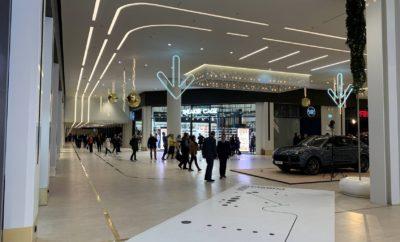 """Η Μοτοδυναμική Α.Ε.Ε., επίσημη εισαγωγέας της Porsche στην Ελλάδα, υλοποιώντας μια νέα, δυναμική πολιτική, δημιούργησε το πρότυπο """"Porsche Now"""" experience store, στον 1ο όροφο του Golden Hall, στην ολοκαίνουργια πτέρυγα του εμπορικού κέντρου στο Μαρούσι. H εισαγωγική εταιρεία συνεργάστηκε στενά με τα κεντρικά γραφεία της Porsche Central and Eastern Europe, καθώς είναι το πρώτο """"Porsche Now"""" που ανοίγει στις 26 χώρες της περιοχής. Το """"Porsche Now"""" experience store, φιλοδοξεί να αποτελέσει σημείο συνάντησης των φίλων του brand , να προσελκύσει νέο κοινό και να φέρει σε άμεση επαφή τους επισκέπτες του εμπορικού πολυχώρου με την πλούσια ιστορία και το DNA της Porsche. Σε ένα χαλαρό, φιλόξενο και διακριτικά πολυτελές περιβάλλον, το """"Porsche Now"""" experience store ήρθε για να συνδέσει την ιδέα του μελλοντικού sport αυτοκινήτου στη νέα εποχή της ηλεκτροκίνησης, με τις ανάγκες και τις επιθυμίες ενός νέου τρόπου ζωής."""