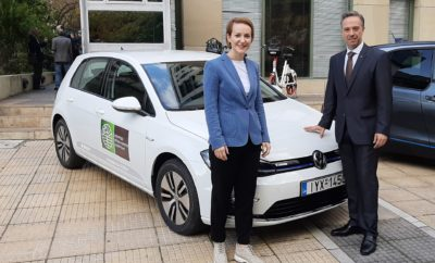 "• Η Kosmocar-Volkswagen παραχώρησε ένα e-Golf στο Υπουργείο Περιβάλλοντος και Ενέργειας • Το Volkswagen e-Golf είναι ένα από τα τρία ηλεκτρικά αυτοκίνητα που εισήγαγε στο στόλο του το Υπουργείο, αποσύροντας ισάριθμα συμβατικά, σε μία συμβολική αλλά και με ουσία κίνηση προαγωγής της ηλεκτροκίνησης • Τα νέα ηλεκτρικά αυτοκίνητα του ΥΠΕΝ παρουσιάστηκαν σε ειδική εκδήλωση με παρόντες τον Υπουργό Κωστή Χατζηδάκη και τη Γενική Γραμματέα Ενέργειας και Ορυκτών Πρώτων Υλών Αλεξάνδρα Σδούκου Ένα Volkswagen e-Golf είναι ανάμεσα στα πρώτα τρία ηλεκτρικά αυτοκίνητα που παρέλαβε για τις ανάγκες του το Υπουργείο Περιβάλλοντος και Ενέργειας. Τα αυτοκίνητα παρουσιάστηκαν σε ειδική εκδήλωση από τη Γενική Γραμματέα Ενέργειας και Ορυκτών Πρώτων Υλών Αλεξάνδρα Σδούκου, παρόντος του Υπουργού Κωστή Χατζηδάκη, ο οποίος δήλωσε σχετικά: «Έχουμε μια φιλόδοξη ""πράσινη"" ατζέντα. Ξεκινάμε από εμάς τους ίδιους και γι' αυτόν τον λόγο αποφασίσαμε και πήραμε τρία ηλεκτρικά αυτοκίνητα ενώ τοποθετήσαμε φορτιστή έξω από το υπουργείο. Παράλληλα, αποκτήσαμε ηλεκτρικά ποδήλατα τα οποία, όπως και τα αυτοκίνητα, θα χρησιμοποιούνται για τις μετακινήσεις των υπαλλήλων μας». Το e-Golf έχει εντυπωσιακή αυτονομία που φτάνει τα 316 χιλιόμετρα σε αστικό κύκλο και τα 232 χιλιόμετρα σε συνδυασμένο (υπολογισμένη κατά WLTP), χάρη στην προηγμένη μπαταρία ιόντων λιθίου χωρητικότητας 35,8 kWh που διαθέτει. Σε συνδυασμό με τη δυνατότητα βέλτιστης διαχείρισης ενέργειας και αυτονομίας, με την επιλογή ανάμεσα σε διαφορετικά προφίλ οδήγησης (Normal, Eco, Eco+) που προσφέρει, το e-Golf είναι ιδανικό για καθημερινή χρήση τόσο στην πόλη όσο και έξω από αυτή. Μάλιστα, σε σημείο φόρτισης συνεχούς ρεύματος (DC) η μπαταρία φορτίζεται κατά 80% σε μόλις 45΄ της ώρας. Ας σημειωθεί ότι η μπαταρία καλύπτεται από εγγύηση καλής λειτουργίας 8 ετών ή 160.000 χιλιομέτρων. Τέλος, σημαντικό ότι το e-Golf είναι εξοπλισμένο με πολλά από τα συστήματα τεχνολογίας, ασφάλειας και άνεσης που διαθέτουν τα μεγαλύτερα μοντέλα της Volkswagen. Στην εκδήλωσ"
