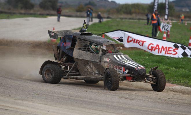 """Με ιδανικό τρόπο έπεσε η αυλαία του EKO Racing Dirt Games για το 2019, με τους Γιώργο Ζυμαριδή και Χαράλαμπο Γαζετά να πανηγυρίζουν τον τίτλο στις κατηγορίες των 600 και 750 κ.εκ., αντίστοιχα. Το EKO Racing Dirt Games για το 2019 ολοκληρώθηκε με τον καλύτερο τρόπο, αφού ο 6ος και τελευταίος γύρος του θεσμού χαρακτηρίστηκε από πλούσιο θέαμα, εξαιρετικές επιδόσεις και έντονο συναγωνισμό. Οι καιρικές συνθήκες ήταν ιδανικές και η μικτή διαδρομή των 2,1 χιλιομέτρων βρέθηκε σε πολύ καλή κατάσταση επιτρέποντας στους οδηγούς να σημειώσουν κορυφαίους χρόνους. Παράλληλα, ο κόσμος έδωσε δυναμικό παρών με όλα να συμβάλλουν στη δημιουργία ενός ιδανικού σκηνικού. Μπορεί όλα να ήταν ανοικτά στη μάχη του τίτλου για τις κατηγορίες των 600 κ.εκ. και των 750 κ.εκ., αλλά αυτό δεν απέτρεψε τους οδηγούς από το να κινηθούν στο όριο. Στα 600, οι Γιώργος Ζυμαρίδης και Παναγιώτης Ρουστέμης ήταν οι βασικοί διεκδικητές του Κυπέλλου, με τον κάτοχο του τροπαίου τα δύο τελευταία χρόνια να καταφέρνει στο τέλος να επαναλάβει και φέτος την επιτυχία του. Η εξέλιξη του αγώνα ήταν αρκετά δραματική, αφού ο Ζυμαρίδης αναγκάστηκε να εγκαταλείψει στην πρώτη του προσπάθεια από συμπλέκτη, με αποτέλεσμα τα επόμενα τρία να έχουν για τον ίδιο χαρακτήρα """"ζωής και θανάτου"""". Την ίδια ώρα, ο Παναγιώτης Ρουστέμης με το Planet Kartcross αντιμετώπισε ένα πρόβλημα με το χταπόδι της εξάτμισης του Kamikaz 3, το οποίο δεν λύθηκε σε όλη τη διάρκεια της ημέρας. Ο Ζυμαρίδης από την πλευρά του δεν πτοήθηκε και """"απογείωσε"""" το La Base RX-01 μετά την ατυχία του πρώτου περάσματος, καταφέρνοντας στο τέλος να πανηγυρίσει το πολυπόθητο Κύπελλο για 3η συνεχόμενη χρονιά. Μάλιστα, διεκδίκησε μέχρι τέλους τη νίκη στην κατηγορία από τον Ιταλό Marcello Gallo, αλλά στο τέλος περιορίστηκε στη 2η θέση για μόλις 0,8 δλ.! Ο Πρωταθλητής Ιταλίας Rallycross κατάφερε να επικρατήσει στα 600 κ.εκ. οδηγώντας το SR Crosscar, όντας εξαιρετικά ταχύς σε όλη τη διάρκεια της ημέρας. Στο βάθρο, τους προαναφερθέντες ακολούθησε ο νεαρός ταλαντούχος Diego Vare"""