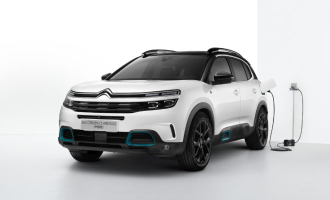 """Σηματοδοτώντας τη μετάβαση προς τον εξηλεκτρισμό της γκάμας, η Citroën λανσάρει τη νέα εκδοχή της εταιρικής της υπογραφής: INSPIRËD BY YOU ALL. Το motto με αυτή τη μορφή, θα εμφανίζεται σε όλες τις διαφημίσεις και τα προωθητικά video που θα αφορούν τα ηλεκτρικά και επαναφορτιζόμενα υβριδικά μοντέλα στη γκάμα της Citroën. Η Citroën δεν σταματά ποτέ να δημιουργεί και να εξελίσσει καινοτόμες λύσεις με στόχο τη βελτίωση της ζωής του οδηγού και των επιβατών στα αυτοκίνητά της. Από την Traction Avant, το 2CV και την Type H, έως και τα νέας γενιάς SUV μοντέλα Aircross, η Citroën πάντα υποστήριζε την εξέλιξη της κοινωνίας, προσπαθώντας να ικανοποιεί τις ανάγκες των ανθρώπων. Αυτές οι ανάγκες είναι άλλωστε, που αποτελούν την έμπνευση για όλα τα μοντέλα της. Κάπως έτσι έφτασε το 2017, η Citroën να """"υπογράφει"""" κάθε της δράση με το motto: """"INSPIRED BY YOU"""". Από το 2020, προκειμένου να σηματοδοτηθεί η ευρεία γκάμα νέων ηλεκτρονικών και Plug-in Hybrid μοντέλων, θα τοποθετηθούν διαλυτικά πάνω από το """"E"""" στο εν λόγω motto. Θα είναι ο συνδετικός κρίκος για τα ηλεκτρικά μοντέλα της μάρκας, που θα φέρουν το λογότυπο """"ëlectric"""". Τα διαλυτικά, θα συναντώνται και στα υβριδικά μοντέλα της γκάμας, καθώς θα έχουν στην πόρτα του χώρου των αποσκευών το λογότυπο """"ḧybrid"""". Επιπλέον, η προσθήκη της λέξης """"all"""" στο motto INSPIRËD BY YOU ALL υποστηρίζει εμφατικά την στρατηγική της Citroën να δημιουργήσει ηλεκτρικά μοντέλα προσιτά σε όλους, όπως ακριβώς έκανε τα αυτοκίνητα πιο προσιτά στο ευρύ κοινό, από το 1919 και για 100 χρόνια. Η διεθνής αυτή εταιρική υπογραφή, θα είναι χαρακτηριστικό γνώρισμα στην επικοινωνία των 6 ηλεκτρικών και επαναφορτιζόμενων υβριδικών αυτοκινήτων της Citroën που αναμένεται να δούμε μέσα στο 2020. Έχει ήδη χρησιμοποιηθεί στην πλέον πρόσφατη δημιουργία της εταιρείας, το νέο Hybrid C5 AIRCROSS SUV. Σημαντική ημερομηνία για μια νέα αποκάλυψη, είναι η 27η Φεβρουαρίου, όταν και θα αποκαλυφθεί ένα ακόμα σημαντικό μοντέλο της Citroën!"""