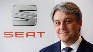 Η SEAT ανακοινώνει ότι ο Luca de Meo, κατόπιν δικού του αιτήματος και κοινής συμφωνίας με το Volkswagen Group, αποχωρεί από τη θέση του Προέδρου της SEAT. O Luca de Meo θα παραμείνει μέλος του Group μέχρι νεωτέρας. Ο SEAT Vice-president for Finance Carsten Isensee, αναλαμβάνει μέχρι νεότερης ανακοίνωσης την Προεδρία της SEAT, ενώ θα συνεχίσει να ασκεί κανονικά και τα έως τώρα καθήκοντα του. Οι αλλαγές αυτές στην Εκτελεστική Επιτροπή της SEAT τέθηκαν σε ισχύ από την Τρίτη 7 Ιανουαρίου 2020. Η SEAT είναι η μοναδική εταιρεία που σχεδιάζει, αναπτύσσει, κατασκευάζει και εμπορεύεται αυτοκίνητα στην Ισπανία. Μέλος του Ομίλου Volkswagen, η πολυεθνική έχει την έδρα της στο Martorell (Βαρκελώνη), εξάγει το 80% των οχημάτων της και είναι παρούσα σε περισσότερες από 80 χώρες και στις 5 ηπείρους. Το 2018, η SEAT πούλησε 517.600 οχήματα, ο υψηλότερος όγκος πωλήσεων στην ιστορία των 68 χρόνων της μάρκας, πέτυχε τα υψηλότερα κέρδη μετά φόρων τα οποία ανέρχονται σε 294 εκατομμύρια ευρώ, ενώ ο κύκλος εργασιών πλησίασε τα 10 δις ευρώ. Στο SEAT Group εργάζονται σχεδόν 15.000 επαγγελματίες στα τρία κέντρα παραγωγής, στη Βαρκελώνη, στο El Prat de Llobregat και στο Martorell όπου κατασκευάζονται τα ιδιαίτερα επιτυχημένα Ibiza, Leon και Arona. Επιπρόσθετα, η εταιρεία παράγει το Ateca στη Τσέχικη Δημοκρατία, το Tarraco στη Γερμανία, το Alhambra στη Πορτογαλία και το Mii στη Σλοβακία. Η Ισπανική πολυεθνική διαθέτει επίσης ένα Τεχνικό Κέντρο, το οποίο λειτουργεί ως κέντρο γνώσεων και απασχολεί περίπου 1.000 μηχανικούς, των οποίων ο στόχος είναι να αποτελούν την κινητήρια δύναμη πίσω από την καινοτομία για το νούμερο ένα βιομηχανικό επενδυτή στο R&D στην Ισπανία. Η SEAT διαθέτει ήδη στη γκάμα της την τελευταία τεχνολογία συνδεσιμότητας και αυτή τη περίοδο ασχολείται με τη διαδικασία ψηφιοποίησης της εταιρείας προκειμένου να προωθήσει την αυτοκίνηση του μέλλοντος.
