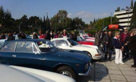 Με καλό καιρό και πολλούς επισκέπτες και όχι μόνο του αυτοκινήτου άνοιξε η αυλαία της φετινής σεζόν για τους φίλους των Ιστορικών Οχημάτων με την καθιερωμένη «23η Συνάντηση Αθήνας ΦΙΛΠΑ». powered by Rubicon Project Την Κυριακή, λοιπόν, διοργάνωσε η ΦΙΛΠΑ την καθιερωμένη Συνάντηση Αθήνας στο Καλλιμάρμαρο Παναθηναϊκό στάδιο που παραδοσιακά συνδυάζεται με το καλωσόρισμα του νέου έτους. Ηταν η πρώτη εκδήλωση της χρονιάς και σηματοδότησε την έναρξη της νέας σεζόν. Οπως κάθε χρόνο, τα αυτοκίνητα συγκεντρώθηκαν στις 10.00 το πρωί στο Παναθηναϊκό Στάδιο και έμειναν στον χώρο για τέσσερις περίπου ώρες, δίνοντας έτσι τη δυνατότητα στο κοινό να θαυμάσει τα πανέμορφα ιστορικά αυτοκίνητα, στρατιωτικά οχήματα και μοτοσικλέτες, ηλικίας από 30 έως 100 ετών, με τη γοητευτική παλαιά τεχνολογία που τα καθιστά μοναδικά αντικείμενα της πολιτιστικής μας κληρονομιάς. Δεν έφτασε το σύνολο των οχημάτων το περυσινό ρεκόρ των 116, αλλά και τα 100 + είναι ένας σημαντικός αριθμός. Μετά τη συνάντηση, πολλοί συμμετέχοντες συνέχισαν με μια βόλτα, καθώς, με τον ισχύοντα νόμο, την Κυριακή αυτή (με την προηγούμενη νομοθεσία) επιτρεπόταν η κυκλοφορία των Ιστορικών για χιλιόμετρα συντήρησης. Το κόστος συμμετοχής ήταν 20 ευρώ για τα αυτοκίνητα και 10 για τις μοτοσικλέτες. Και φέτος η Συνάντηση είχε τον φιλανθρωπικό της χαρακτήρα με ένα σημαντικό ποσό να συγκεντρώνεται για την Κιβωτό του Κόσμου. Στα πολλά πηγαδάκια που δημιουργήθηκαν το θέμα της συζήτησης δεν ήταν άλλο από τη «νέα» ΚΥΑ, την υπουργική απόφαση που ρυθμίζει την κυκλοφορία και διάφορα διαδικαστικά των ιστορικών αυτοκινήτων. Να τονίσουμε εδώ ότι λίγες ώρες πριν κλείσει το 2019 και μάλλον βιαστικά και πρόχειρα, δημοσιεύτηκε αυτή η νέα ΚΥΑ (ΦΕΚ 4948/Β/31-12-2019). Ολα τριγύρω αλλάζουν και όλα τα ίδια μένουν που λέει και το άσμα. Υπάρχουν μικροβελτιώσεις, όπως η απροβλημάτιστη επίσκεψη στο συνεργείο, αλλά απέχει πολύ από αυτό που πρέπει τελικά να θεσμοθετηθεί. Σε γενικές γραμμές, για την κυκλοφορία και τη συμμετοχή σε εκδηλώσεις χρειάζεται μόνο 