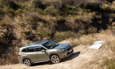 Ήρθαν και εντυπωσιάζουν τα πρώτα νέα μοντέλα που φέρουν την τεχνολογία e-BOXER και ανήκουν στην κατηγορία Mild Hybrid, αποτελώντας ένα σημαντικό βήμα προς τα εμπρός για την Subaru. To ολοκαίνουργιο Forester, για την ακρίβεια η 5η γενιά του θρυλικού SUV της μάρκας, εκτός από τον e-BOXER χρησιμοποιεί την νέα Παγκόσμια Πλατφόρμα της Μάρκας (SGP) η οποία ήδη λανσαρίστηκε με τα XV και Impreza από το 2018. Είναι εξοπλισμένο με δίλιτρο βενζινοκινητήρα και ηλεκτρικό κινητήρα, ο οποίος τοποθετημένος μέσα στο κιβώτιο τύπου CVT, διατηρεί αναλλοίωτα τα χαρακτηριστικά της συμμετρικής τετρακίνησης της Subaru. To ίδιο κινητήριο σύνολο χρησιμοποιείται και στο XV. Το νέο Forester προσφέρει ακόμα μεγαλύτερους χώρους και υψηλότερα επίπεδα άνεσης στην καμπίνα επιβατών και τον χώρο του πορτ-μπαγκάζ. Εξελιγμένο είναι και το X-Mode που προσφέρει δύο επιλογές, SNOW/DIRT και DeepSNOW/MUD. Και τα δύο μοντέλα διαθέτουν EyeSight 3ης γενιάς, CVT, και ένα ακόμα πιο πλούσιο και εξελιγμένο επίπεδο εξοπλισμού. SAAS, Subaru All-Around Safety Η ενεργητική, η προληπτική αλλά και η παθητική ασφάλεια για την Subaru δεν είναι αξεσουάρ αλλά βασικός εξοπλισμός, είναι ο πυλώνας της φιλοσοφίας της απέναντι στον άνθρωπο. Τώρα, με την τεχνολογία e-BOXER, αυτή η φιλοσοφία παίρνει και μια άλλη διάσταση. Βεβαίως για τα νέα Subaru, τα καινούργια στοιχεία δεν περιορίζονται στα παραπάνω. Υπάρχουν αισθητικές αλλαγές οι οποίες εντοπίζονται κυρίως στη νέα εντυπωσιακή μάσκα και τα φωτιστικά σώματα. Το νέο Forester είναι λίγο μεγαλύτερο από το προηγούμενο σε όλες του τις διαστάσεις όμως το πιο σημαντικό, είναι ότι το μεταξόνιο έχει ανέβει στα 2,67 μέτρα (+30 χιλ). Πιο συγκεκριμένα, το μήκος αγγίζει τα 4.625 χιλ (+15), το πλάτος είναι 1.815 χιλ (+20) και το ύψος είναι 1.730 χιλ (+5), χωρίς όμως αυτό να επηρεάζει την απόσταση από το έδαφος, η οποία έμεινε ανέπαφη στα 220 χιλ. Συμβάλλει καθοριστικά στην εξασφάλιση μεγαλύτερων χώρων για τους πίσω επιβάτες ενώ στις αποσκευές χωρούν 509 λίτρα, παρά την ύπαρξη της μπαταρίας. Εξ