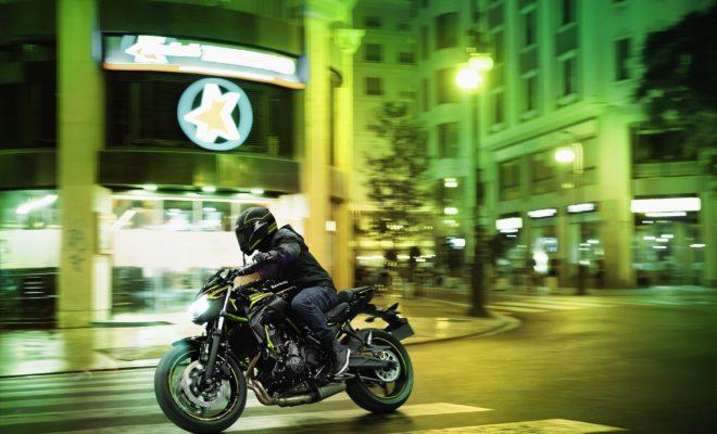 """Ως ο καινοτόμος ηγέτης στη συνεχώς αναπτυσσόμενη κατηγορία των naked μοτοσυκλετών, η Kawasaki δεν αρκείται στην επιτυχία της και η νέα Z650 εκφράζει τη φρέσκια προσέγγιση του δημοφιλούς μοντέλου μεσαίου κυβισμού, που έχει κατακτήσει την καρδιά των φίλων της """"γυμνής"""" γοητείας. Κατασκευασμένη με τη μοναδική φιλοσοφία Sugomi της Kawasaki - που συνδυάζει τη μηχανολογική και στυλιστική υπεροχή του εργοστασίου - η Z650 συμπεριλαμβάνεται με υπερηφάνεια στη σειρά Ζ, η οποία εκτείνεται από τα 125 κ.εκ. μέχρι και τα 1000 κ.εκ. Από την πρώτη της εμφάνιση το 2017, η μυώδης Z650 έχει συναρπάσει τους αναβάτες της κατηγορίας μεσαίου κυβισμού. Με επιβλητική εμφάνιση που συνδυάζεται αρμονικά με διασκέδαση και ευκολία στην οδήγηση, απευθύνεται στους έμπειρους μοτοσυκλετιστές, αλλά και σε όλους όσοι μπήκαν πρόσφατα στον κόσμο των δύο τροχών. Σχεδιασμένη για να μπορεί να οδηγηθεί με άδεια οδήγησης A2, η Z650 διαθέτει στενού προφίλ πλαίσιο και ζωηρό, προβλέψιμο κινητήρα. Αποτελεί το σημαντικό βήμα προς ένα μεγαλύτερο μοντέλο Z, που για πολλούς είναι η κορυφαία μοτοσυκλέτα που θα θελήσουν ή θα χρειαστούν ποτέ. Η ευελιξία του κινητήρα από την εκκίνηση μέχρι την κόκκινη περιοχή του στροφόμετρου και η ευελιξία σε αστικό περιβάλλον, είναι μόλις δύο από τα αναγνωρισμένα δυνατά σημεία της Z650. Ο 2-κύλινδρος κινητήρας προσφέρει αυτοπεποίθηση στην πόλη, αλλά και στις εξορμήσεις του σαββατοκύριακου, με ή χωρίς συνεπιβάτη. Η άνεση σε κάθε περιβάλλον εξασφαλίζεται και από την ανανεωμένη και πιο άνετη σέλα. Για το 2020, η Z κάνει ένα τεράστιο άλμα προς τα εμπρός με την προσαρμογή μιας εντυπωσιακής έγχρωμης οθόνης πολλαπλών λειτουργιών TFT 10,9 εκατοστών, η οποία αντικαθιστά τα προηγούμενα όργανα και προσθέτει στοιχεία όπως είναι η ένδειξη επιλεγμένης σχέσης στο κιβώτιο, η λυχνία αλλαγής ταχυτήτων, ο μετρητής καυσίμου και η ένδειξη οικονομικής οδήγησης. Περιλαμβάνει επίσης διάφορες καινοτομίες, στις οποίες συμπεριλαμβάνεται η σύνδεση με Smartphone μέσω Bluetooth. Η μοτοσυκλέτα διαθέτει επίσης στον β"""