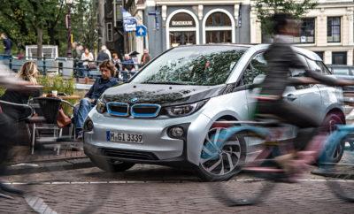 Πρωτοπόρος της βιώσιμης μετακίνησης και δρομέας μεγάλων αποστάσεων – μέσα σε έξι χρόνια από τότε που λανσαρίστηκε, το BMW i3 (κατανάλωση μικτού κύκλου: 0,0 l/100 km, κατανάλωση ηλεκτρικής ενέργειας στο μικτό κύκλο: 13,1 kWh/100 km, εκπομπές CO2 στο μικτό κύκλο: 0 g/km) έχει αποδειχτεί ένα άκρως επιτυχημένο μοντέλο και σύμβολο της ηλεκτροκίνησης. Από τότε που κυκλοφόρησε στην αγορά είναι το πιο δημοφιλές ηλεκτροκίνητο μοντέλο στην πολυτελή compact κατηγορία. Πάνω από 165.000 οχήματα έχουν πουληθεί σε όλο τον κόσμο μέχρι σήμερα, με τον αριθμό πωλήσεων να αυξάνεται σταθερά χρόνο με το χρόνο. Το BMW i3 διαθέτει πειστικές ικανότητες για καθημερινή χρήση, προσφέροντας μία αίσθηση οδηγικής απόλαυσης εμπνευσμένης από το μέλλον και έμφυτη ευελιξία που δεν σταματά στην κάλυψη μικρών αποστάσεων σε μεγάλες μητροπολιτικές περιοχές. Αυτό επιβεβαιώνεται από την εμπειρία που έχουν αποκτήσει και είναι πρόθυμοι να μοιραστούν πρωτοπόροι της ηλεκτροκίνησης που διανύουν τακτικά μεγαλύτερες αποστάσεις με το BMW i3 τους και έχουν καλύψει πάνω από 200.000 χιλιόμετρα με μηδενικές εκπομπές ρύπων. Φορτωμένο με οραματικές τεχνολογίες και παραμένοντας σταθερά στην κορυφή των πωλήσεων, το BMW i3 έχει αναδειχθεί σε icon από το 2013 που έφτασε στην αγορά. Το BMW Group θα συνεχίσει την εξέλιξη του οχήματος και προς το παρόν σχεδιάζει να επεκτείνει την παραγωγή μέχρι το 2024. Οι πελάτες τονίζουν κυρίως την αξιοπιστία, αντοχή και ωφέλιμη αυτονομία του BMW i3, είτε στις υψηλές θερμοκρασίες της Ν. Αφρικής, είτε στο ψύχος της Σουηδίας. Το πρώτο, πλήρως ηλεκτρικό όχημα του BMW Group έχει αποδειχτεί εδώ και αρκετά χρόνια ότι είναι ένα οικονομικό μέσο μεταφοράς, απόλυτα κατάλληλο για καθημερινή χρήση. Οι πελάτες που παρέλαβαν το BMW i3 τους λίγο μετά το λανσάρισμά του και από τότε έχουν δοκιμάσει την αντοχή του οχήματος και της αρχικής μπαταρίας του σε πραγματικές συνθήκες, χρησιμοποιούν βιώσιμη μετακίνηση όχι μόνο για τις συνήθεις καθημερινές διαδρομές, αλλά και για μεγαλύτερες αποστάσεις, ακόμα και στις 