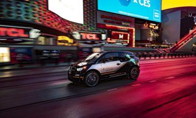 Στην Έκθεση Ηλεκτρονικών Καταναλωτικών Προϊόντων (CES) 2020 – που πραγματοποιείται στο Las Vegas, 7 – 10 Ιανουαρίου 2020 – το BMW Group θα παρουσιάσει τις ιδέες του για την εμπειρία μετακίνησης του μέλλοντος. Η παρουσία του κατασκευαστή πολυτελών οχημάτων στην CES 2020 συνοψίζεται στο hashtag #ChangeYourPerspective. Σύμφωνα με το μότο της, η εταιρία δεν στοχεύει απλά να κατανοήσει τις προκλήσεις της μελλοντικής μετακίνησης αλλά και να τις αντιμετωπίσει. Το περίπτερο του BMW Group αποτυπώνει αυτή τη νέα 'οπτική', ενώ εμπειρίες και παρουσιάσεις/επιδείξεις τη μεταφέρουν σε μία πραγματική διάσταση για τους επισκέπτες της Έκθεσης από όλο τον κόσμο. Από τα πιο εντυπωσιακά εκθέματα της έκθεσης είναι το BMW i Interaction EASE, το οποίο μας μεταφέρει σε ένα μέλλον με εδραιωμένη πλέον την αυτόνομη οδήγηση. Η εξωτερική σχεδίαση του πρωτοτύπου είναι σκόπιμα αφηρημένη με την έμφαση να δίδεται καθαρά στο εσωτερικό. Η καμπίνα σχεδιάστηκε αφενός για να προσφέρει στους επιβάτες την αίσθηση ότι έχουν ήδη φτάσει στον προορισμό τους ενώ ακόμα ταξιδεύουν, αφετέρου για να τονίσει τη δυνατότητα διαισθητικής, σχεδόν ανθρώπινης επικοινωνίας μεταξύ επιβατών και οχήματος. Πρωταρχικό στοιχείο εδώ είναι το καινοτόμο σύστημα ανίχνευσης βλέμματος του BMW i Interaction EASE. Η τεχνητή νοημοσύνη (AI) του οχήματος ανιχνεύει πότε ένας επιβάτης επικεντρώνει το βλέμμα του σε κάποιο αντικείμενο εκτός του αυτοκινήτου και του προσφέρει σχετικές πληροφορίες ή άλλους τρόπους διάδρασης με αυτό. Ένα ακόμα εντυπωσιακό έκθεμα της Έκθεσης αποκαλύπτει πόσο κοντά βρίσκεται το BMW Group στο να μετατρέψει αυτά τα οράματα του μέλλοντος σε πραγματικότητα. Τρία μοντέλα BMW X7 εφοδιάζονται με το πολυτελές κάθισμα ZeroG Lounger, που θα μπορεί να χρησιμοποιηθεί σε οχήματα μαζικής παραγωγής σε παρόμοια μορφή σε μερικά χρόνια. Το ZeroG Lounger αποτυπώνει ένα νέο τρόπο χαλάρωσης κατά τη διάρκεια του ταξιδιού. Ο επιβάτης μπορεί να ρυθμίζει την πλάτη του καθίσματός του σε ανάκλιση 60 μοιρών και να εξακολουθεί να απολαμβάνει τι