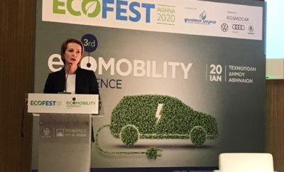 Δέσμη κινήτρων για την απόκτηση και χρήση ηλεκτροκίνητων οχημάτων και πιθανότατα τρόπους επιδότησης των υποδομών φόρτισης θα περιλαμβάνει το νομοσχέδιο για την ηλεκτροκίνηση που θα παρουσιάσει το Υπουργείο Περιβάλλοντος και Ενέργειας εντός του πρώτου εξαμήνου. Το ΥΠΕΝ, εξάλλου, εκπονεί εγχειρίδιο ανάπτυξης έξυπνων και πράσινων πόλεων με παραλήπτες τους δήμους που θα εξειδικεύει όλα τα διαθέσιμα χρηματοδοτικά εργαλεία σε εθνικό και κοινοτικό επίπεδο, ώστε να συμμετάσχουν πιο ενεργά στην ανάπτυξη της ηλεκτροκίνησης και ευρύτερα στην προώθηση μοντέλων βιώσιμης κινητικότητας στις ελληνικές πόλεις. Αυτό ήταν το μήνυμα που έστειλε η Γενική Γραμματέας Ενέργειας και Ορυκτών Πρώτων Υλών του ΥΠΕΝ, Αλεξάνδρα Σδούκου, μέσω της ομιλίας της στο συνέδριο Electromobility 2020 που έλαβε χώρα χθες στο πλαίσιο της εκδήλωσης Ecofest 2020. Όπως υπογράμμισε, είναι επιτακτική ανάγκη να αναπτυχθεί γρήγορα η ηλεκτροκίνηση στην Ελλάδα, καθώς παρατηρείται υστέρηση στον κλάδο αυτό σε σχέση με άλλες ευρωπαϊκές χώρες. «Στην ελληνική αγορά, τα ηλεκτροκίνητα οχήματα πέρυσι κατέλαβαν μερίδιο μικρότερο του 1% επί των συνολικών πωλήσεων οχημάτων, ενώ σε άλλες χώρες της ΕΕ τα αντίστοιχα ποσοστά κυμαίνονται σε 4-5%, σε ορισμένες περιπτώσεις (Ολλανδία) ξεπέρασαν το 10% ενώ στη Νορβηγία προσεγγίζουν το 50%». Η ίδια επικαλέστηκε επίσης στοιχεία της Ευρωπαϊκής Επιτροπής που δείχνουν ότι η Αθήνα -μαζί με το Μιλάνο- έχουν την πρωτιά όσον αφορά στο ποσοστό ρύπων που προέρχεται από τις μεταφορές και τα οχήματα (75%), κάτι που συνδέεται με το ότι ο στόλος οχημάτων της χώρας είναι από τους πιο γερασμένους σε επίπεδο ΕΕ. «Η κατάσταση αυτή πρέπει να αλλάξει δραστικά και γι' αυτό έχουμε θέσει έναν υψηλό στόχο για τη διείσδυση της ηλεκτροκίνησης στο Εθνικό Σχέδιο για την Ενέργεια και το Κλίμα – 1 στα 3 οχήματα που θα πωλούνται το 2030 να είναι ηλεκτρικό». Σύμφωνα με την κ. Σδούκου, η Διυπουργική Επιτροπή για την ηλεκτροκίνηση καταρτίζει ένα ολιστικό σχέδιο στο επίκεντρο του οποίου βρίσκονται τα αναγκαία κίνητρα. «Ο 