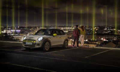 """Η ηλεκτροκίνηση κατακτά τους δρόμους της πόλης. Και το νέο MINI Cooper SE (κατανάλωση καυσίμου στο μικτό κύκλο: 0,0 l/100 km, κατανάλωση ηλεκτρικής ενέργειας στο μικτό κύκλο: 16,8 – 14,8 kWh/100 km, εκπομπές CO2 στο μικτό κύκλο: 0 g/km) φέρνει τη διασκεδαστική οδήγηση της μάρκας ΜΙΝΙ σε αστικά περιβάλλοντα προσφέροντας μετακινήσεις μηδενικών ρύπων. Το ηλεκτρικό MINI προάγει τη βιώσιμη μετακίνηση στο επόμενο επίπεδο με το λανσάρισμα του αμιγώς ηλεκτρικού μοντέλου της Βρετανικής μάρκας στη Λισαβόνα. Τα πλεονεκτήματα της ηλεκτρικής μετακίνησης συμβολίζονται με πολύ ξεχωριστό τρόπο, και συγκεκριμένα με ισχυρούς προβολείς συνδεδεμένους με δημόσιους σταθμούς φόρτισης στην πόλη και εντυπωσιακές φωτεινές δέσμες στραμμένες προς το νυχτερινό ουρανό. Η φαντασμαγορική εγκατάσταση στέλνει ένα πολύ σαφές μήνυμα: Δεν υπάρχει έλλειψη σημείων φόρτισης. Το ηλεκτρικό ΜΙΝΙ δείχνει το δρόμο και επισημαίνει τη διαθεσιμότητά τους: Τώρα είναι η ιδανική στιγμή για μετάβαση σε μία εποχή με μετακινήσεις μηδενικών ρύπων. Η τοποθεσία που επρόκειτο να φιλοξενήσει το θεαματικό show του ηλεκτρικού MINI επιλέχθηκε με εξαιρετική προσοχή. Η Ευρωπαϊκή Επιτροπή επέλεξε τη Λισαβόνα ως """"Πράσινη Πρωτεύουσα της Ευρώπης για το 2020"""". Η μητρόπολη που βρίσκεται στην ακτή του Ατλαντικού ήταν υποψήφια αυτής της τιμητικής διάκρισης με ένα μεγάλο αριθμό πρωτοβουλιών με στόχο τη βελτίωση των περιβαλλοντικών συνθηκών και της ποιότητας ζωής στην πόλη. Συνολικά, πάνω από 500 δημόσια σημεία φόρτισης προσφέρουν στη Λισαβόνα ένα από τα πιο πυκνά δίκτυα παροχής ηλεκτρικής ενέργειας για ηλεκτρικά οχήματα. Και η Δημοτική Αρχή δεσμεύεται όλο και περισσότερο στις μετακινήσεις μηδικών ρύπων. Ήδη, το 39% του στόλου οχημάτων του Δήμου αποτελείται ήδη από ηλεκτρικά αυτοκίνητα. Τη δράση οργάνωσε η MINI ELECTRIC σε συνεργασία με το Δήμο της Λισαβόνας και εκτυλίσσεται στο κέντρο της πόλης και σε τρία αστικές περιοχές κατά μήκος της ακτής του Ατλαντικού. Αναδεικνύει με τον πιο χαρακτηριστικό τρόπο την πυκνότητα του δικτύου των σημεί"""