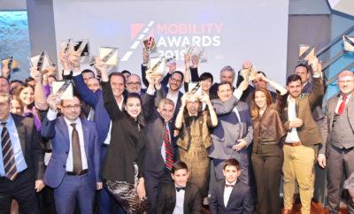 """Σε διάχυτο κλίμα χαράς και αισιοδοξίας πραγματοποιήθηκε την Πέμπτη 13 Φεβρουαρίου 2020 στο Tin Pan Alley, η Τελετή Απονομής των Mobility Awards 2019. Την τελετή απονομής παρακολούθησαν 150 υψηλόβαθμα στελέχη και CEOs των βραβευθέντων επιχειρήσεων, εκπρόσωποι υπουργείων, decision-makers της αγοράς και δημοσιογράφοι. Στην πρώτη διοργάνωση της Boussias Communications για την αυτοκίνηση, αναδείχθηκαν οι καινοτόμες πρακτικές, τεχνολογίες και εφαρμογές επιχειρήσεων του κλάδου (leasing, rental, fleet management, innovation & convenience, car). Ο Πρόεδρος της Κριτικής Επιτροπής, Γιώργος Γιαννής, Διευθυντής του Τομέα Μεταφορών και Συγκοινωνιακής Υποδομής της Σχολής Πολιτικών Μηχανικών του Εθνικού Μετσόβιου Πολυτεχνείου, άνοιξε τη βραδιά, συνεχάρη τους νικητές, τους ενθάρρυνε να συνεχίσουν με την ίδια δημιουργικότητα τη δουλειά τους, τονίζοντας πως: «Είμαστε πολύ ικανοποιημένοι που από την πρώτη διοργάνωση τα βραβεία κατάφεραν να συγκεντρώσουν έναν σημαντικό αριθμό υποψηφιοτήτων και σίγουρα τις σημαντικότερες και πλέον καινοτόμες υπηρεσίες και λύσεις της αγοράς». Στην τελετή απονομής παραβρέθηκε και η Γενική Γραμματέας Ενέργειας και Ορυκτών Πρώτων Υλών Αλεξάνδρα Σδούκου, η οποία στον σύντομο χαιρετισμό της ανέφερε πως η Ελλάδα κινείται με σταθερό βηματισμό προς την εποχή «καθαρών» οχημάτων, μηδενικών και χαμηλών ρύπων, όπως τα ηλεκτρικά αυτοκίνητα, δηλώνοντας πως θα δοθούν κίνητρα για την αγορά «καθαρών» και ηλεκτρικών αυτοκινήτων, αλλά και στη χρήση ηλεκτρικών αυτοκινήτων από τους στόλους φορέων του δημοσίου. Το βραβείο για το συνολικό έργο που έχει επιτελέσει αναφορικά με τον σχεδιασμό αγωνιστικών αυτοκίνητων απονεμήθηκε στον Νικόλαο Τομπάζη, ενώ τιμητικές διακρίσεις πήραν ο Σύνδεσμος Τουριστικών Επιχειρήσεων Ενοικιάσεως Αυτοκινήτων Ελλάδος, το Ελληνικό Ινστιτούτο Οδικής Ασφάλειας """"Πάνος Μυλωνάς"""" και το Εργαστήριο Κυκλοφοριακής Τεχνικής της Σχολής Πολιτικών Μηχανικών του Εθνικού Μετσόβιου Πολυτεχνείου. Βραβεία και Διακρίσεις. Στην κατηγορία «Leasing», Gold βραβείο απέσπασε """