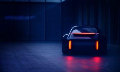 """Tο νέο EV concept, """"Prophecy"""" (Προφητεία) θα παρουσιάσει η Hyundai Motor Company, στο επερχόμενο Διεθνές Σαλόνι Αυτοκινήτου της Γενεύης, στις 3 Μαρτίου 2020. Το νέο EV concept εκφράζει την νεότερη σχεδιαστική φιλοσοφία Sensuous Sportiness της Hyundai ενσωματώνοντας μια όμορφη σιλουέτα με έμφαση στις χαλαρές καμπύλες που ρέουν στην πίσω πλευρά και προσφέρουν εξαιρετική αεροδυναμική. Η γραμμή που δημιουργείται στο πίσω μέρος συμπληρώνεται από το ενσωματωμένο σπόιλερ και τα φωτιστικά σώματα. Το """"Prophecy""""δεν ακολουθεί τις τάσεις της αγοράς. Δίνει έμφαση στη διαχρονική ομορφιά που θα αντέξει στη δοκιμασία του χρόνου"""" δήλωσε ο κ, SangYup Lee, Head του Hyundai Global Design Center. """"Η εικονική του σχεδίαση αποσκοπεί στην επέκταση του σχεδιαστικού φάσματος της Hyundai σε ευρύτερους ορίζοντες."""" Το όνομα """"Prophecy"""" αντικατοπτρίζει τον σκοπό του concept, καθορίζοντας την κατεύθυνση των μελλοντικών σχεδίων της Hyundai, ενώ ταυτόχρονα καθιερώνεται ως η σχεδιαστική απεικόνιση της γκάμας EV της Hyundai. Το EV concept """"Prophecy"""" θα παρουσιαστεί στο ευρύ κοινό στις 3 Μαρτίου στο Διεθνές Σαλόνι Αυτοκινήτου της Γενεύης (11:45 CEST, Stand 4252 / Hall4). Η Hyundai Motor θα παρουσιάσει τη mid-long στρατηγική της ηλεκτροκίνησης και θα επικεντρωθεί στην ανθρωπότητα πέρα από την τεχνολογία αναδεικνύοντας ότι «Η πραγματική πρόοδος βρίσκεται στον αέρα», η οποία εμπνέεται από το νέο όραμα της μάρκας """"Progress for Humanity""""."""