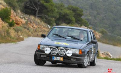 Ο Σύλλογος Ιδιοκτητών Σπορ Αυτοκινήτων διοργάνωσε το Σάββατο 22 Φεβρουαρίου για 27ο συνεχόμενο έτος τον Γύρο Αττικής, το ράλλυ που παραδοσιακά ανοίγει την αγωνιστική χρονιά. Εξήντα δύο ετοιμοπόλεμα ιστορικά αυτοκίνητα & youngtimer συγκεντρώθηκαν στη φιλόξενη Μαρίνα Ελευσίνας και στις 2 μμ ακριβώς αναχώρησαν για την απαιτητική ειδική «Ασπρόπυργος», μετά μέσω Θρακομακεδόνων πέρασαν απο την κλασσική ειδική «Δεκέλεια» και μέσω Αφιδνών για την τρίτη ειδική της ημέρας, την «Δροσοπηγή». Στις 15:15 άρχισαν να καταφθάνουν τα πρώτα πληρώματα στον σταθμό ελέγχου χρόνου «Πεντέλη» για μιά σύντομη στάση. Απο εκεί δόθηκε η εκκίνηση για την ειδική «Ντράφι» που δυσκόλεψε πολλούς συμμετέχοντες. Από αυτό το σημείο τα πληρώματα της Touring Trophy κατευθύνθηκαν ελεύθερα για τερματισμό, ενώ η κατηγορία Regularity συνέχισε για τον πάντα απαιτητικό «Κουβαρά» και τον «Αγ. Κωνσταντίνο» που έγινε νύχτα. Λίγο πριν 6μιση και μετά απο 180 χιλιόμετρα, άρχισαν να τερματίζουν τα πρώτα αυτοκίνητα στην Ανάβυσσο, στην ταβέρνα «Μύθος», όπου έγινε και η απονομή επάθλων. Ο φετινός «Γύρος Αττικής» δικαίωσε το όνομα του και διέτρεξε σχεδόν όλον τον νομό, ξεκινώντας απο νοτιοδυτικά, πηγαίνοντας βόρεια, μετά νοτιοανατολικά και τερματίζοντας στο νότιο άκρο της Αττικής. Οι καιρικές συνθήκες μας δυσκόλεψαν αρκετά αλλά δεν δημιούργησαν σημαντικά προβλήματα. Ξεκινήσαμε με συνεφιά, περάσαμε σε ψιλόβροχο, μετά σε χιονόνερο, περάσαμε σε λιακάδα και μετά τον τερματισμό έπεσε και μια καταιγίδα! Το πλήρωμα Ν. Αρβανίτης & Ι. Χαραλαμπάκη με Lancia Fulvia 1,3S Coupe πήραν απο νωρίς την πρωτοπορία και την κράτησαν μέχρι τέλους. Το βάθρο συμπλήρωσαν οι περυσινοί πρωταθλητές Δ. Τρίκαρδος & Χ. Χατζής με Porsche 944 και οι Γ. Λάγγας & Ε. Μαλτέζου με Alfa Romeo 75. Στα Youngtimer νίκησαν οι A. Abastado & Κ. Γιαννόπουλος με Toyota Celica Sti και στην κατηγορία Touring Trophy οι Η. Λαλούσης & Κ. Ραπατζίκος με Porsche 912. Οι νικητές όλων των κατηγοριών ειναι αναρτημένοι στην ιστοσελίδα του συλλόγου. O ΣΙΣΑ ευχαριστεί το Λιμενικό 