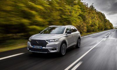"""Με τις καλύτερες επιδόσεις στην κατηγορία του (έως και 58 χιλιόμετρα αυτονομία με μηδενικές εκπομπές ρύπων, 30g/km CO2 και 1,3 lt/100 km καυσίμου (WLTP), με 300 ίππους και τετρακίνηση), το DS 7 CROSSBACK E-TENSE 4x4 Plug-In Hybrid τοποθετείται στην κορυφή της κατηγορίας των C-SUV, αλλά και της Γαλλικής αυτοκινητοβιομηχανίας. Παραμένοντας πιστή στις αξίες της, η DS Automobiles, προσφέρει υψηλότατου επιπέδου φινέτσα και άνεση, με διάφορες εκδοχές επεξεργασίας της επιφάνειας των επενδύσεων από δέρμα Nappa ή Alcantara, καθώς επίσης και προηγμένη τεχνολογία όπως είναι το DS CONNECTED PILOT, η αυτόνομη οδήγηση επιπέδου 2, αλλά και η ενεργητική ανάρτηση DS ACTIVE SCAN SUSPENSION. To DS 7 CROSSBACK E-TENSE 4x4 έχει σχεδιαστεί για να είναι """"μπροστά"""" από την εποχή του και να καλύπτει τις νόρμες περί εκπομπών ρύπων που θα ισχύσουν τα επόμενα χρόνια. Είναι ήδη διαθέσιμο και προσφέρει τη δυνατότητα στους οδηγούς που θα το επιλέξουν, να επωφεληθούν από τη μεγάλη ποικιλία των εκδόσεων και των λύσεων για τις μετακινήσεις τους. Με τη νέας γενιάς επαναφορτιζόμενη υβριδική τεχνολογία E-TENSE 4x4, θα αλλάξει τα δεδομένα των πολυτελών SUV. Πιο συγκεκριμένα, η νέα έκδοση του DS 7 Crossback E-TENSE 4X4 διαθέτει δύο ηλεκτροκινητήρες 80kW (εμπρός/πίσω), έναν κινητήρα εσωτερικής καύσης 200hp και μια επαναφορτιζόμενη μπαταρία ιόντων λιθίου χωρητικότητας 13,2kW. Αποδίδει συνδυαστικά 300hp με μέγιστη ροπή 520Nm, ενώ παράλληλα διαθέτει τετρακίνηση και ένα drive-by-wire αυτόματο κιβώτιο 8 σχέσεων (ΕΑΤ8). Συνολικά επιτυγχάνει μέση αυτονομία της τάξεως των 58χλμ (μέτρηση WLTP) σε λειτουργία μηδενικών εκπομπών, δηλαδή κινούμενο αποκλειστικά με τη χρήση της ηλεκτρικής ενέργειας, καλύπτοντας πλήρως τις καθημερινές ανάγκες αστικής μετακίνησης με μόλις 1 φόρτιση (σε 1 ώρα και 45 λεπτά, με τη χρήση wall box 7,4kW), ενώ εκπέμπει μόλις 31g/km CO2 σε υβριδική χρήση με μέση κατανάλωση 1,3lt/km. Αξίζει να σημειωθεί ότι η συγκεκριμένη διάταξη δεν επηρεάζει τόσο τους χώρους στο εσωτερικό της καμπίνας, όσο και τ"""