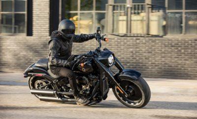 Η Harley-Davidson με αφορμή της συμπλήρωσης 30 χρόνων από την κυκλοφορία του Fat Boy στην αγορά, τιμά την θρυλική μοτοσυκλέτα με την παρουσίαση του Fat Boy® 30th Anniversary. Μία ανανεωμένη επετειακή έκδοση που διαθέτει σκούρα φινιρίσματα και μπρονζέ διακοσμητικά στοιχεία, καθώς και τον κατάμαυρο κινητήρα Milwaukee-Eight® 114. Η συλλεκτική έκδοση πρόκειται να κυκλοφορήσει σε μόλις 2.500 μοτοσυκλέτες παγκοσμίως, με την κάθε μια να φέρει το σειριακό αριθμό της σε ειδική πλάκα που έχει τοποθετηθεί στο ρεζερβουάρ. Το Fat Boy® 30th Anniversary εμπνέεται από τον αντίκτυπο που δημιούργησε, το επιβλητικό μοντέλο μέσα στις τρεις τελευταίες δεκαετίες, με μια τολμηρή προσαρμογή σκούρων φινιρισμάτων που συνδυάζονται με την μονοχρωμία Vivid Black. Οι τροχοί αλουμινίου Lakester είναι σατινέ μαύρου χρώματος και διαθέτουν μηχανικά επεξεργασμένες λεπτομέρειες. Ο κατάμαυρος κινητήρας Milwaukee-Eight 114 διαθέτει μαύρα γυαλιστερά καπάκια και διακριτικά μπρονζέ χαμηλά καπάκια εκκεντροφόρου και χρονισμού βαλβίδων. Η εξάτμιση είναι χρώματος Black Onyx, το οποίο είναι ένα χρώμα που αναδεικνύει το χρώμιο σε συνθήκες έντονου φωτισμού. Το χρώμα Vivid Black επικρατεί στο περίβλημα του προβολέα, το τιμόνι και τα χειριστήρια τονίζοντας τη σκοτεινή συνολική του εμφάνιση, διαφοροποιώντας τη συλλεκτική έκδοση από το αρχικό μοντέλο παραγωγής. Το νέο μπρονζέ λογότυπο Fat Boy «ρέει» στο ρεζερβουάρ και ταιριάζει απόλυτα με το μαύρο φινίρισμα και τις υπόλοιπες μπρονζέ λεπτομέρειες που κάνουν το Fat Boy 30th Anniversary να ξεχωρίζει από το αρχικό μοντέλο των 90s. Χαρακτηριστικά Βασισμένο στην πλατφόρμα Harley-Davidson® Softail® που παρουσιάστηκε το 2018, το Fat Boy επαναπροσδιορίζει τον θρύλο, με επιβλητική εμφάνιση, ανανεωμένη όψη και έντονη προσωπικότητα. Πιο συγκεκριμένα όλο το μπροστινό μέρος του Fat Boy έχει εντυπωσιακό όγκο και τονίζεται από τον προβολέα LED που έχει πλέον νέας σχεδίασης περίβλημα. Οι γεμάτοι τροχοί Lakester είναι κατασκευασμένοι από αλουμίνιο και καθορίζουν στυλιστικά το Fat Boy.