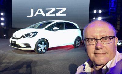 • Η Honda φέρνει την τεχνολογίες εξηλεκτρισμού και συνδεσιμότητας στο ευρύ κοινό με τη σειρά e:TECHNOLOGY στην Έκθεση Αυτοκινήτου της Γενεύης 2020 • Ευρωπαϊκό εκθεσιακό ντεμπούτο για το νέο Jazz με τεχνολογία e:HEV • Ντεμπούτο και για το Jazz Crosstar, ένα μοντέλο εμπνευσμένο από SUV • Συνέντευξη τύπου της Honda στις 12:00 CET Η Honda προγραμματίζει το ντεμπούτο του νέου Jazz και του Jazz Crosstar στην Έκθεση Αυτοκινήτου της Γενεύης 2020, μαζί με μία σειρά εξηλεκτρισμένων προϊόντων και καινοτόμων συστημάτων διαχείρισης ενέργειας. Η σειρά, με τη γενική ονομασία e:TECHNOLOGY, αντιπροσωπεύει τη φιλοδοξία της Honda να προσφέρει μία ολοκληρωμένη γκάμα ηλεκτροκίνητων μοντέλων και προϊόντων διαχείρισης ενέργειας κατάλληλων για τους σύγχρονους ρυθμούς ζωής. Παράλληλα με το νέο Jazz, οι επισκέπτες της έκθεσης θα έχουν την ευκαιρία να γνωρίσουν το πλήρως ηλεκτρικό Honda e. Τα δύο μοντέλα είναι τα πρώτα από τα έξι που θα λανσαριστούν στο πλαίσιο του εξηλεκτρισμού της mainstream γκάμας της Honda στην Ευρώπη μέχρι το 2022. Νέο Honda Jazz Το νέο Jazz hatchback κάνει το Ευρωπαϊκό ντεμπούτο του στη Γενεύη με προηγμένη υβριδική τεχνολογία δύο ηλεκτροκινητήρων e:HEV. Οι μηχανικοί της Honda αναθεώρησαν πλήρως το εμβληματικό μοντέλο και δημιούργησαν μία ασυναγώνιστη πρόταση για την compact κατηγορία: ένα αυτοκίνητο πόλης που συνδυάζει εξαιρετική απόδοση με μέγιστη χρηστικότητα. Στη σύγχρονη εκδοχή του, το διαχρονικό σχήμα του Jazz, έχει μετεξελιχθεί σε μία ελκυστική, απέριττη σιλουέτα. Οι λείες γραμμές του διαμορφώνουν μία άμεσα αναγνωρίσιμη φυσιογνωμία, προσδίδοντας ένα νέο συναισθηματικό στοιχείο στα κορυφαία επίπεδα άνεσης και πρακτικότητας για τα οποία φημίζεται το Jazz. Το νέο Jazz διαθέτει διαισθητική τεχνολογία infotainment που προσφέρει πλήρη συνδεσιμότητα στους επιβάτες. Ένα ακόμα απόκτημα του νέου μοντέλου είναι ο ψηφιακός βοηθός Honda Personal Assistant. Πρόκειται για ένα έξυπνο σύστημα τεχνητής νοημοσύνης (AI) που είδαμε για πρώτη φορά στο Honda e. Η αποκάλυψη της νέας έκδο