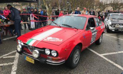Όταν τον Ιούνιο του 2019 ζήτησε το Automobile Club de Monaco απο τον ΣΙΣΑ να διοργανώσει για δεύτερη συνεχόμενη χρονιά εκκίνηση απο Αθήνα για το 23ο Ιστορικό Ράλλυ Μοντε Καρλο, τα στοιχήματα που έπρεπε να κερδηθούν ήταν πολλά. Τήρηση μίας παράδοσης που κρατούσε από το 1927 εως το 1975, επανάληψη της μεγαλειώδους εκκίνησης του 2019 και αποστολή μίας ομάδας που θα εκπροσωπούσε επάξια τη χώρα μας, απέναντι σε αντιπάλους με βαριά ονόματα, όπως Walter Roehrl, Rauno Aaltonen και Bruno Saby. Το ηλιόλουστο πρωινό της 29ης Ιανουαρίου πολλοί φίλοι και εκπρόσωποι φορέων του ιστορικού αυτοκινήτου και ο Δήμαρχος Αθηναίων, κ. Κ. Μπακογιάννης, ήρθαν να αποχαιρετήσουν τα τέσσερα αυτοκίνητα της ομάδας Les Grecs και να τους ευχηθούν καλή επιτυχία και ασφαλή επιστροφή. Η Αθήνα ήταν η πρώτη πόλη που ξεκίνησε φέτος αυτό το θρυλικό ράλλυ, ενώ ακολούθησαν η Γλασκώβη, η Βαρκελώνη, το Bad Homburg, η Reims, το Μιλάνο και φυσικά το Μοντε Καρλο. Μετά την ανάκρουση του εθνικού μας ύμνου, στις 12:40 ακριβώς δόθηκε η εκκίνηση στο Ford Escort των Βασιλόπουλου/Σταθάκου και ακολούθησαν η Lancia Beta των Θεοδοσίου/Γεωργακόπουλου, η Alfa Romeo GTV των Καλογερά/Διαμαντόπουλου και το Fiat 128 των Αλεβιζόπουλου/Παλυβού. Την ράμπα της εκκίνησης πλαισίωσαν άλλα δέκα ιστορικά αυτοκίνητα που έχουν συνδέσει το όνομα τους με το μύθο του Ράλλυ Μοντε Καρλο. Μετά τη διάσχιση της Αδριατικής με τη Superfast Ferries, τα αυτοκίνητα κατευθύνθηκαν προς Μιλάνο και στις 31/1 για Sestriere και για Bouis Le Baronie όπου ενώθηκαν στις 1/2 με τα υπόλοιπα 301 πληρώματα για τις δύο πρώτες ειδικές διαδρομές του αγώνα. Εδώ ήρθε η πρώτη έκπληξη και αυτήν την έφερε ο καιρός. Καθόλου χιόνι! Το βράδυ και μετά απο σχεδόν 24 ώρες οδήγησης, τα κουρασμένα πληρώματα έφθασαν στην πολη της Valence, που τα τελευταία χρόνια είναι και το επίκεντρο του αγώνα. Ακολούθησαν τρείς δύσκολες μέρες στη γαλλική Προβάνς και τις Υψηλές Άλπεις με ξακουστές ειδικές, οπως οι Burzet, La Croze, Col des Menee & Col d' Echarasson. Όλα τα ελληνικά πληρώματα αντ