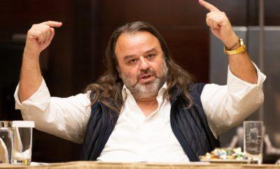 Την υποψηφιότητα του στις προσεχείς αρχαιρεσίες της Ο.Μ.Α.Ε., ανακοίνωσε ο πρόεδρος του Σ.Ο.Α.Α., Μάριος Ηλιόπουλος σε συνέντευξη Τύπου που παραχώρησε σε κεντρικό ξενοδοχείο της Αθήνας, την Τρίτη 18 Φεβρουαρίου. Ο κ. Ηλιόπουλος συνάντησε τους εκπροσώπους του Τύπου σε μια πολύ ενδιαφέρουσα συζήτηση, όπως αποδείχτηκε, επί περίπου 2,5 ώρες, στην οποία κατέθεσε τη δυσκολία με την οποία κατέληξε στην συγκεκριμένη απόφαση, αλλά και τους περισσότερους από τους λόγους που τον οδήγησαν σε αυτήν. «Σέβομαι όλες τις απόψεις, ειδικά από ανθρώπους που έχουν δώσει πολλά χρόνια από τη ζωή τους και το είναι τους στο σπορ», ήταν τα λόγια του Μάριου Ηλιόπουλου, ο οποίος συνέχισε λέγοντας, «Σας κάλεσα ώστε να συζητήσουμε, να μου κάνετε οποιαδήποτε ερώτηση θέλετε και να σας δηλώσω ότι βάζω υποψηφιότητα για το Διοικητικό Συμβούλιο της Ο.Μ.Α.Ε., θέτοντας ως πρώτη προτεραιότητα να πάρω το τιμόνι σε αυτό το πλοίο που μπάζει νερά. Πρέπει να γίνουν πράγματα πρακτικά και άμεσα χωρίς πολλά και παχιά λόγια. Να μπορεί επιτέλους ο Έλληνας αγωνιζόμενος να μεταφέρει το αγωνιστικό του στους αγώνες. Να προσαρμοστεί η ελληνική νομοθεσία στην ελληνική πραγματικότητα, σχετικά με την κατοχή και τη χρήση των αγωνιστικών αυτοκινήτων. Να επιστρέψουν οι αγώνες στην κανονικότητά τους». Καταλήγοντας δε, έδωσε και το σύνθημα για την επόμενη ημέρα της Ομοσπονδίας που εντοπίζεται στο τρίπτυχο «Ασφάλεια, Ποιότητα, Προβολή», με στόχο οι ελληνικοί αγώνες να αναπτυχθούν και να προσελκύσουν νέους ηλικιακά αλλά και νέους στον χώρο οδηγούς. Σχετικά με την δυσκολία της απόφασης τόνισε: «Πολύ δύσκολη απόφαση! Από την μία αναλαμβάνω κάτι που οι στενοί μου συνεργάτες μου είπαν να μην το κάνω και από την άλλη ανταποκρίθηκα στο κάλεσμα του καθήκοντος, όπως αυτό προκύπτει από τις βασικές αρχές που έχω σαν άνθρωπος. Αισθάνθηκα μεγάλη συγκίνηση στην πρόσφατη συνάντηση με τα Σωματεία και ήταν αυτός ένας παράγοντας που μίλησε στο μυαλό μου και στην καρδιά μου». Νωρίτερα είχε τονίσει πως αισθάνεται προδομένος από την έκπτωτη διοίκησ