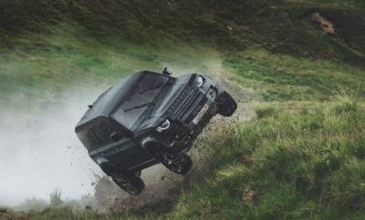 Η τηλεοπτική διαφήμιση της Land Rover για το νέο Defender επιδεικνύει την ικανότητά του σε δύσβατο έδαφος. Στη διαφήμιση περιλαμβάνεται μια αποκλειστική, παρασκηνιακή ματιά σχετικά με το τι να περιμένετε από το νέο Defender στην ταινία No Time To Die. Το οπτικό υλικό από τις πρόβες που περιλαμβάνεται στη διαφήμιση δείχνει το νέο Defender να ίπταται. Το Defender υποβάλλεται σε περαιτέρω ακραίες δοκιμές, καθώς το όχημα οδηγείται σε υψηλές ταχύτητες μέσα σε βάλτους και ποταμούς. Οι αλλεπάλληλες σκηνές δράσης στο No Time To Die πραγματοποιήθηκαν υπό την καθοδήγηση του υπευθύνου κασκαντέρ, Lee Morrison σε συνεργασία με τον νικητή του Όσκαρ ειδικών εφέ, τον επιβλέποντα οχημάτων δράσης, Chris Corbould. Ο Lee Morrison δήλωσε: «Έχουμε πιέσει το Defender περισσότερο από ό,τι πιστεύαμε ότι είναι δυνατόν προκειμένου να δημιουργήσουμε το μέγιστο ενθουσιασμό και να δώσουμε στους οπαδούς μια εικόνα της μοναδικής πρόκλησης να δημιουργήσουμε αλλεπάλληλες σκηνές δράσης που θα περιμένετε με ανυπομονησία να δείτε στο No Time To Die». Ο Nick Collins, διευθυντής παραγωγής οχημάτων Land Rover Defender, δήλωσε: «Αναπτύξαμε ένα νέο πρότυπο δοκιμής για το Defender, το πιο απαιτητικό που είχαμε ποτέ και μοναδικό για αυτό το όχημα. Η φυσική αντοχή και ανθεκτικότητα μετριέται με διάφορες δοκιμές που περιλαμβάνουν δοκιμή άλματος γέφυρας, η οποία μας έδωσε αυτοπεποίθηση ότι θα παράσχουμε αυτό που χρειάζεται η ομάδα κόλπων για να δημιουργήσει το No Time To Die, χωρίς τροποποιήσεις στη δομή του αμαξώματος, εκτός από την εγκατάσταση ενός κλωβού». Η θέση αυτών των οχημάτων σε δοκιμασίες ήταν έμπνευση της Jessica Hawkins, την οποία επέλεξε ο Morrison από τη σειρά Formula 3 W, αφού είδε τις δυνατότητές της και δεν έχασε χρόνο να της δώσει την ευκαιρία να εμφανιστεί στο No Time To Die, την πρώτη της κινηματογραφική ταινία. Η Jessica σχολίασε: «Τίποτα δεν είναι πιο συναρπαστικό από το να είσαι οδηγός κασκαντέρ σε μια ταινία του Τζέιμς Μποντ και είναι τιμή να λαμβάνεις μέρος σε αυτή την απίστευτη ταινία ο