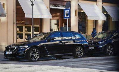 Η BMW ενισχύει την παρουσία των plug-in υβριδικών συστημάτων κίνησης στην πολυτελή, μεσαία κατηγορία με τον ερχομό μιας ολοκληρωμένης γκάμας μοντέλων. Προσεχώς, η οικογένεια ηλεκτροκίνητων οχημάτων της BMW Σειράς 3 θα περιλαμβάνει συνολικά τέσσερα μοντέλα. Μετά το επιτυχημένο λανσάρισμα της νέας BMW 330e Sedan (κατανάλωση καυσίμου στο μικτό κύκλο: 1,7 – 1,6 l/100 km, κατανάλωση ηλεκτρικής ενέργειας στο μικτό κύκλο: 15,0 – 14,8 kWh/100 km, εκπομπές CO2 στο μικτό κύκλο: 38 – 36 g/km*), η νέα BMW 330e Touring αναμένεται από το καλοκαίρι του 2020 (κατανάλωση καυσίμου στο μικτό κύκλο: από 1,7 l/100 km, κατανάλωση ηλεκτρικής ενέργειας στο μικτό κύκλο: από 15,7 kWh/100 km, εκπομπές CO2 στο μικτό κύκλο: από 39 g/km, προκαταρκτικές τιμές*). Επιπλέον, και τα δύο μοντέλα θα διατίθενται από το καλοκαίρι του 2020 τόσο με κλασική πίσω κίνηση (RWD) όσο και με το ευφυές σύστημα τετρακίνησης (AWD) BMW xDrive. Στις νέες plug-in υβριδικές εκδόσεις της BMW Σειράς 3, η τελευταία γενιά της τεχνολογίας BMW eDrive προσφέρει αυξημένη απόδοση και ηλεκτρική αυτονομία σε συνδυασμό με τη διάσημη οδηγική απόλαυση BMW. Η άμεση απόκριση του ηλεκτροκινητήρα γίνεται αισθητή κατά την εκκίνηση και επιτάχυνση, επιτείνοντας τον ενθουσιώδη χαρακτήρα του αυτοκινήτου. Χάρη στο υψηλό ενεργειακό περιεχόμενο των μπαταριών ιόντων λιθίου με υπερσύγχρονη τεχνολογία κυψελών, οι plug-in υβριδικές εκδόσεις της νέας BMW Σειράς 3 μπορούν να λειτουργούν μόνο με ηλεκτρική ενέργεια – συνεπώς με μηδενικές εκπομπές ρύπων – με μέγιστη αυτονομία από 55 έως 68 km (προκαταρκτικές τιμές*). Με αυτό τον τρόπο, το BMW Group συνεχίζει ακάθεκτο την προϊοντική επέλαση ηλεκτροκίνητων μοντέλων το 2020. Ως πρωτοπόρος στον τομέα της ηλεκτροκίνησης, η εταιρεία είχε ήδη πουλήσει μισό εκατομμύριο οχήματα με αμιγώς ηλεκτρικά ή plug-in υβριδικά συστήματα κίνησης σε όλο τον κόσμο μέχρι το τέλος του 2019. Μέχρι τα τέλη του 2021, το BMW Group στοχεύει να έχει πάνω από ένα εκατομμύριο οχήματα με ηλεκτρικά/plug-in υβριδικά συστήματα κίνησης στο δ