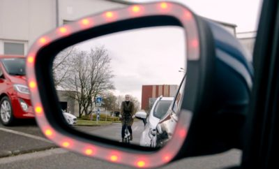 Κάθε χρόνο χιλιάδες ατυχήματα προκαλούνται εξαιτίας του ανοίγματος μιας πόρτας αυτοκινήτου από την πλευρά που διέρχεται ένα δίκυκλο. Το αιφνίδιο άνοιγμα θυρών επιφέρει το σοβαρό ή μοιραίο τραυματισμό 60 αναβατών κάθε χρόνο μόνο στη Μ. Βρετανία, ενώ στη Γερμανία ήταν η αιτία για περίπου 3.500 ατυχήματα κατά τη διάρκεια του 2018. Το πρόβλημα αναμένεται να επιδεινωθεί καθώς όλο και περισσότεροι άνθρωποι αποφασίζουν να κυκλοφορούν στην πόλη με ποδήλατο ή ηλεκτρικό πατίνι. Για να αντιμετωπιστούν οι παραπάνω καταστάσεις, η Ford ανέπτυξε μία τεχνολογία που μελλοντικά θα συμβάλλει στην αποφυγή ατυχημάτων με ευάλωτους χρήστες των δρόμων, μεταξύ των οποίων και οι αναβάτες μοτοσικλετών. Το Exit Warning εκδίδει οπτικές και ακουστικές προειδοποιήσεις για αναβάτες και επιβάτες οχημάτων, όταν ανιχνεύει ότι το άνοιγμα της πόρτας ενός σταθμευμένου αυτοκινήτου μπορεί να προκαλέσει ατύχημα. Επίσης θα μπορεί να αποτρέπει το άνοιγμα της πόρτας του αυτοκινήτου από την πλευρά διερχόμενου δικύκλου. Πώς λειτουργεί Τα οχήματα της Ford ήδη διαθέτουν αισθητήρες και τεχνολογίες που μπορούν αυτόματα να ανιχνεύσουν δικυκλιστές και να φρενάρουν, προειδοποιώντας τους οδηγούς για διερχόμενους χρήστες του δρόμου στα τυφλά σημεία τους. Χρησιμοποιώντας τους υπάρχοντες αισθητήρες, το Exit Warning διαβάζει και αναλύει τις κινήσεις των χρηστών του δρόμου - είτε πρόκειται για ποδηλάτες είτε για χρήστες ηλεκτρικών πατινιών - που πλησιάζουν από την αριστερή ή τη δεξιά πλευρά. Εάν το σύστημα ανιχνεύσει ότι το άνοιγμα μιας πόρτας μπορεί να προκαλέσει ατύχημα, ενεργοποιείται μία ηχητική προειδοποίηση για τον οδηγό ή τον επιβάτη προκειμένου να περιοριστεί ο κίνδυνος. Φωτεινές, κόκκινες λυχνίες LED στον εξωτερικό καθρέπτη αρχίζουν να αναβοσβήνουν ως οπτική προειδοποίηση για τους αναβάτες, ενώ μία σειρά κόκκινων λυχνιών LED κατά μήκος της εσωτερικής επένδυσης της πόρτας – που γίνεται ορατή όταν η πόρτα ανοίγει – λειτουργεί ως πρόσθετη προειδοποίηση. Οι μηχανικοί δοκιμάζουν επίσης ένα νέο μηχανισμό για την πόρτα το