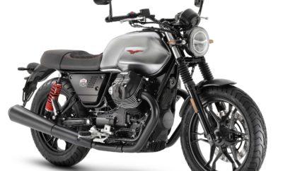 """Στην ιστορία του αετού, το γράμμα S συνδέεται με τις σπορ Moto Guzzi της δεκαετίας του '70, όπως η επιτυχημένη 750 S του 1974, διάδοχος της V7 Sport του 1971, του αριστουργήματος του σχεδιαστή Lino Tonti, της οποίας οι πρώτες 200 μονάδες είχαν πλαίσιο σε κόκκινο χρώμα. Εμπνευσμένη από αυτή την πλούσια παράδοση, παρουσιάζεται μία νέα αποκλειστική έκδοση της Moto Guzzi V7 III Stone, με την ονομασία S: μοντέλο περιορισμένης και αριθμημένης παραγωγής, η V7 III Stone S αποτελεί την πιο σπορ και μοντέρνα έκφραση ενός εξαιρετικά επιτυχημένου μοντέλου, που χαρακτηρίζεται από το ουσιώδες στυλ και το περιθώριο για customization. H Moto Guzzi V7 III Stone S, η μοναδική έκδοση περιορισμένης παραγωγής στην γκάμα V7 III 2020, πρόκειται να παραχθεί σε μόλις 750 αριθμημένα οχήματα, αριθμός που αναφέρεται στον κυβισμό του κινητήρα """"settemmezzo"""" (εφτάμησι) από το Mandello. Ο σειριακός αριθμός κάθε μοντέλου αποτυπώνεται στην τιμονόπλακα. Τα χαρακτηριστικά που καθιστούν άμεσα αναγνωρίσιμη τη νέα Moto Guzzi V7 III Stone S είναι το ρεζερβουάρ σε στυλ βουρτισμένου χρωμίου που διατρέχει ένας μαύρος δερμάτινος ιμάντας, τα full-LED φώτα, συμπεριλαμβανομένων του προβολέα, του πίσω φαναριού και των φλας. Αυτή η σύγχρονη, τεχνολογική πλευρά παρουσιάστηκε για πρώτη φορά στην έκδοση """"Night Pack"""" της V7 III Stone, η οποία περιλαμβάνει επίσης τη χαμηλωμένη θέση του προβολέα και του πίνακα οργάνων και ένα πιο κοντό και λεπτό πίσω φτερό. Οι νέοι καθρέφτες τύπου bar-end έρχονται να ολοκληρώσουν τη σπορ, δυναμική εμφάνιση. Μια ακόμα σπορ πινελιά χαρίζουν οι πολυάριθμες κόκκινες λεπτομέρειες: ο εμβληματικός αετός που δεσπόζει και στις δύο πλευρές του ρεζερβουάρ, τα ελατήρια των αμορτισέρ και η κομψή κόκκινη ραφή στην αποκλειστική αδιάβροχη σέλα, επενδεδυμένη με Alcantara®, ένα εξαιρετικά ανθεκτικό υλικό. Το πακέτο εξοπλισμού περιλαμβάνει επίσης τάπα ρεζερβουάρ από ανοδιωμένο billet αλουμίνιο και πλαϊνά φέρινγκ αλουμινίου με το ειδικό λογότυπο. Τα μηχανικά μέρη παρουσιάζονται επίσης εκλεπτυσμένα, με τα κ"""