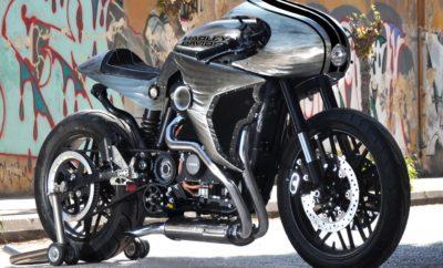 Η Harley-Davidson Athena, νικήτρια του διαγωνισμού Battle of The Kings 2016 ανάμεσα σε Ευρώπη, Μέση Ανατολή και Αφρική (EMEA), με το εμπνευσμένο από την αρχαία ''θεά Νύχτα'' δημιούργημα της, ακολουθεί την παράδοση με μια μοτοσυκλέτα που προέρχεται από τον μυθικό κόσμο των τεράτων. Ο Γρύπας ήταν αυτός που φύλαγε με συνέπεια τις πύλες των Λαών στη Περσέπολη, αυτός κοσμούσε την αίθουσα του θρόνου στη Κνωσσό, και την κορφή του πύργου της Πίζας. Για 5000 χρόνια ο Γρύπας έμεινε άγρυπνος, έτοιμος να ξεσκίσει τις σάρκες κάθε εισβολέα που τόλμησε να ονειρευτεί τους αμύθητους θησαυρούς ή να κρυφοκοιτάξει τα μεγάλα μυστικά που φύλαγε το τέρας. Ο Γρύπας της Harley-Davidson Athena, ακολουθώντας αυτή την παράδοση σχεδιάστηκε για να προφυλάξει τον πολυτιμότερο όλων των θησαυρών, αυτόν της ζωής του αναβάτη του.