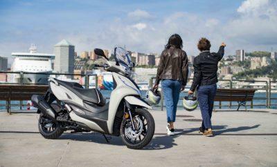 Με πωλήσεις που έχουν ξεπεράσει τις 500.000 στην Ευρώπη και τις 25.000 στην Ελληνική αγορά, η σειρά Agility 50, 125, 150 και 200 της Kymco είναι μια από τις πιο επιτυχημένες εμπορικά. Τώρα η οικογένεια των scooter με μεγάλους τροχούς μεγαλώνει και γίνεται ακόμη πιο ισχυρή και τεχνολογικά εξελιγμένη! Το νέο Agility αποκτά κινητήρα 300cc και πλέον απευθύνεται σε όσους επιζητούν ευελιξία, δύναμη, οικονομία και υπερπλήρη εξοπλισμό σε ένα scooter πόλης με έμφαση στην απρόσκοπτη καθημερινή μετακίνηση. Το Agility 300i είναι ένα τελείως νέο μοντέλο, πλούσια εξοπλισμένο και με ιδιαίτερα προσεγμένη σχεδίαση, μελετημένο για σκληρή χρήση και αντοχή σε βάθος χρόνου. Διαθέτει κινητήρα 276cc απόδοσης 23,2Hp, ρυθμισμένο έτσι ώστε να βγάζει περισσότερη δύναμη στις χαμηλές και μεσαίες στροφές και να προσφέρει δυνατές επιταχύνσεις και ρεπρίζ. Ο μεγάλος τροχός των 16 ιντσών μπροστά προσφέρει σταθερότητα σε κάθε συνθήκη, ενώ η χρήση αντίστοιχου 14 ιντσών πίσω αποδεικνύεται ευεργετική για τον αποθηκευτικό χώρο κάτω από τη σέλα, ο οποίος μπορεί πλέον να φιλοξενήσει δύο κράνη κλειστού τύπου (Fullface), όπως επίσης και μερικά ακόμη μικροπράγματα. Το νέο Agility είναι maxi, είναι plus, είναι απρόσμενα πλούσια εξοπλισμένο, με κομψή σχεδίαση ευρωπαϊκού αέρα, δουλεμένη στο κέντρο σχεδίασης που διατηρεί η Kymco στην Ιταλία. Τα φωτιστικά σώματα είναι Full LED, με τον προβολέα να διαθέτει τεχνολογία DRL (φώτα ημέρας), ενώ στον στάνταρ εξοπλισμό υπάρχει αεροδυναμική ζελατίνα και -για πρώτη φορά στην κατηγορία- διαφανείς προστατευτικές χούφτες στο τιμόνι, με αποτέλεσμα προστασία κορυφαίων προδιαγραφών από τα καιρικά φαινόμενα. Στον επίσης στάνταρ εξοπλισμό του νέου Agility 300i υπάρχει παροχή ρεύματος μέσω θύρας USB καθώς και σύστημα εκκίνησης και πολλαπλών λειτουργιών χωρίς κλειδί (keyless) 2ης γενιάς. Η χωρητικότητα του ρεζερβουάρ είναι ιδιαίτερα μεγάλη στα 13 λίτρα, κάτι που συνεπάγεται αυτονομία που μπορεί να ξεπεράσει κατά πολύ τα 300 χιλιόμετρα. Το ατσάλινο πλαίσιο με τη διπλή ραχοκοκαλιά διαθ